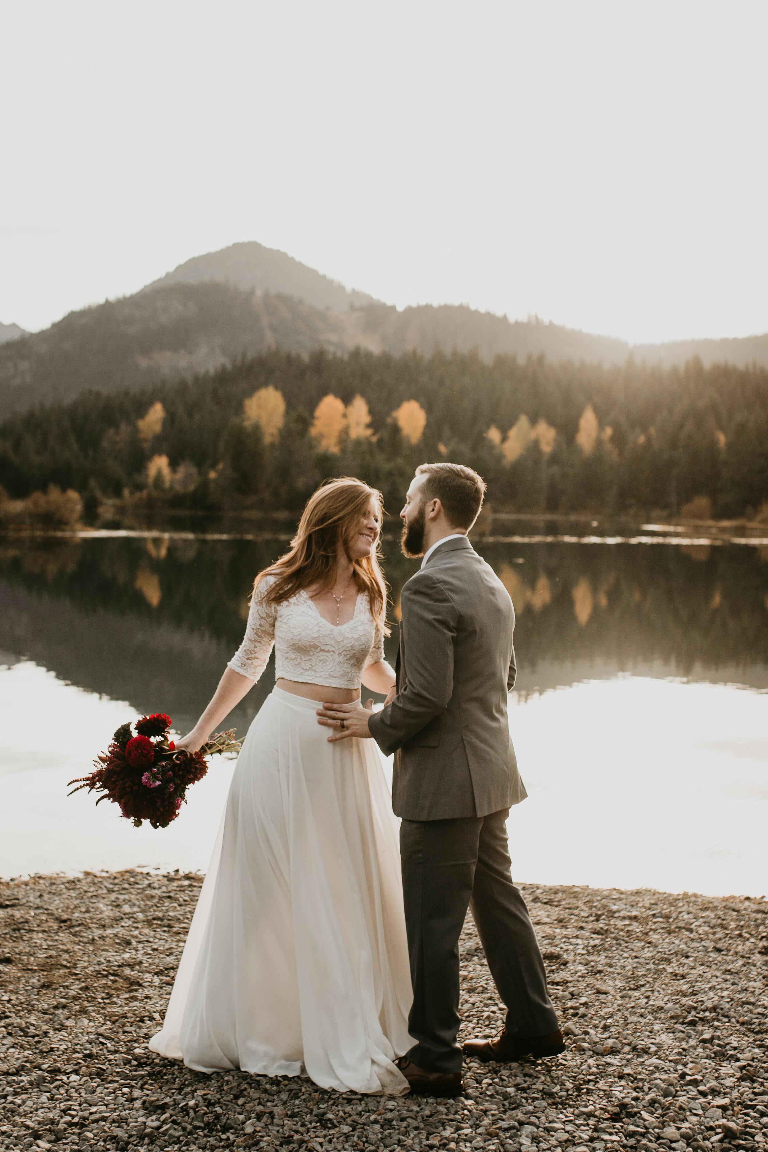 nicole-daacke-photography-mountain-view-elopement-at-gold-creek-pond-snoqualmie-washington-wa-elopement-photographer-photography-adventure-elopement-in-washington-fall-lakeside-golden-sunset-boho-fun-bride-0357.jpg