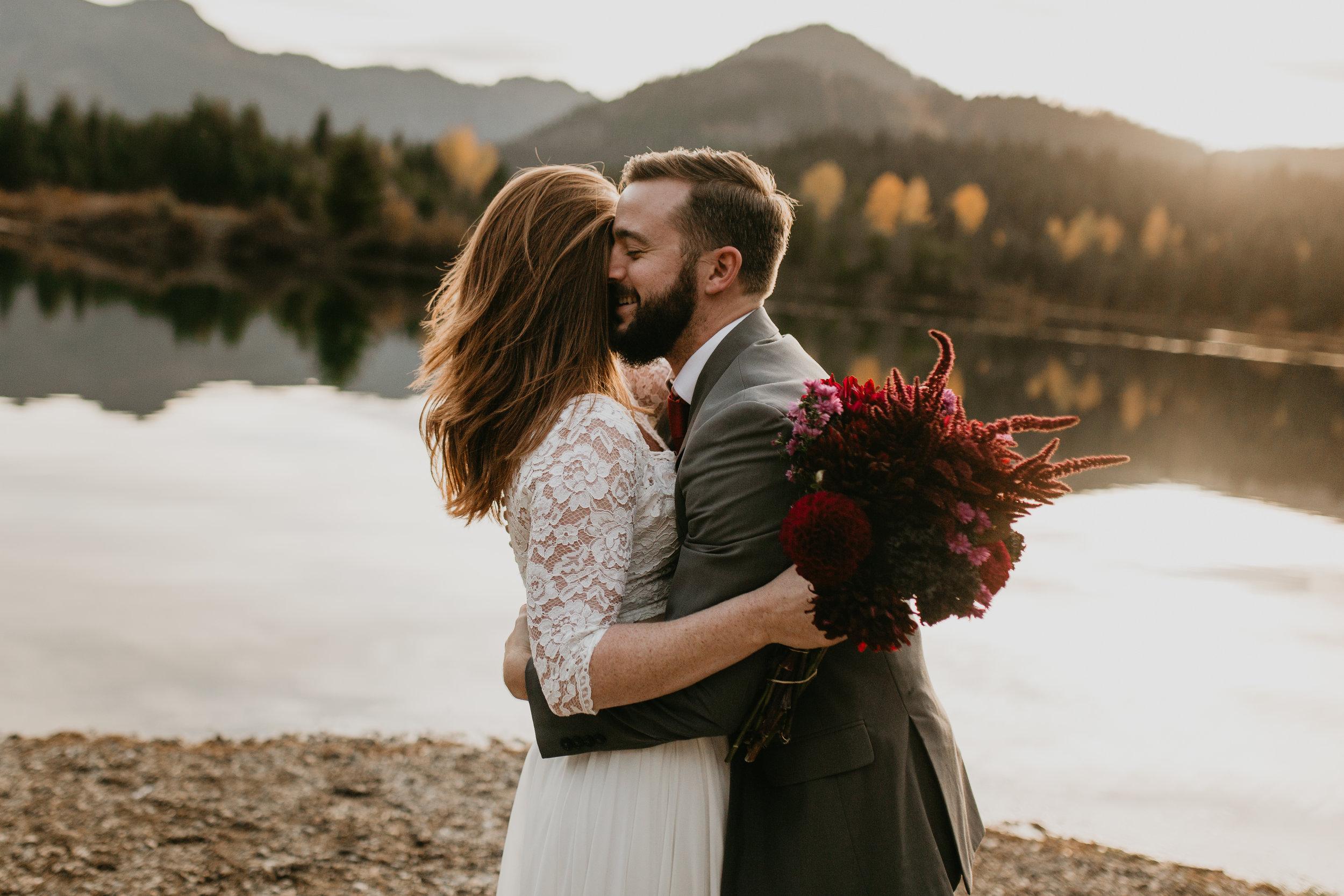 nicole-daacke-photography-mountain-view-elopement-at-gold-creek-pond-snoqualmie-washington-wa-elopement-photographer-photography-adventure-elopement-in-washington-fall-lakeside-golden-sunset-boho-fun-bride-0383.jpg