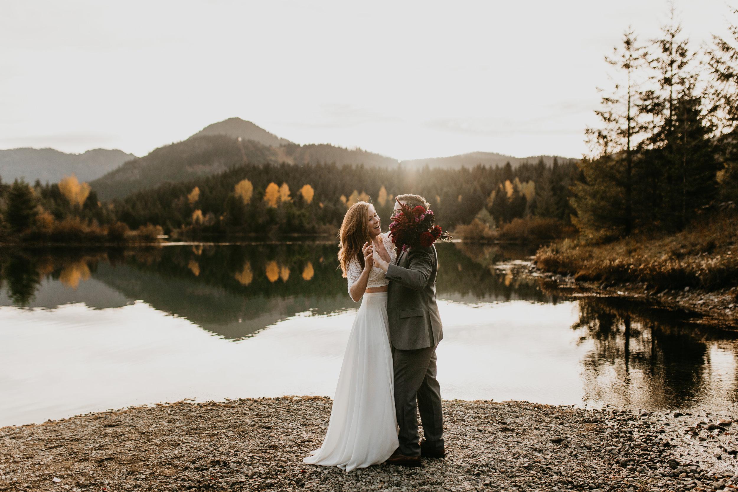 nicole-daacke-photography-mountain-view-elopement-at-gold-creek-pond-snoqualmie-washington-wa-elopement-photographer-photography-adventure-elopement-in-washington-fall-lakeside-golden-sunset-boho-fun-bride-0392.jpg