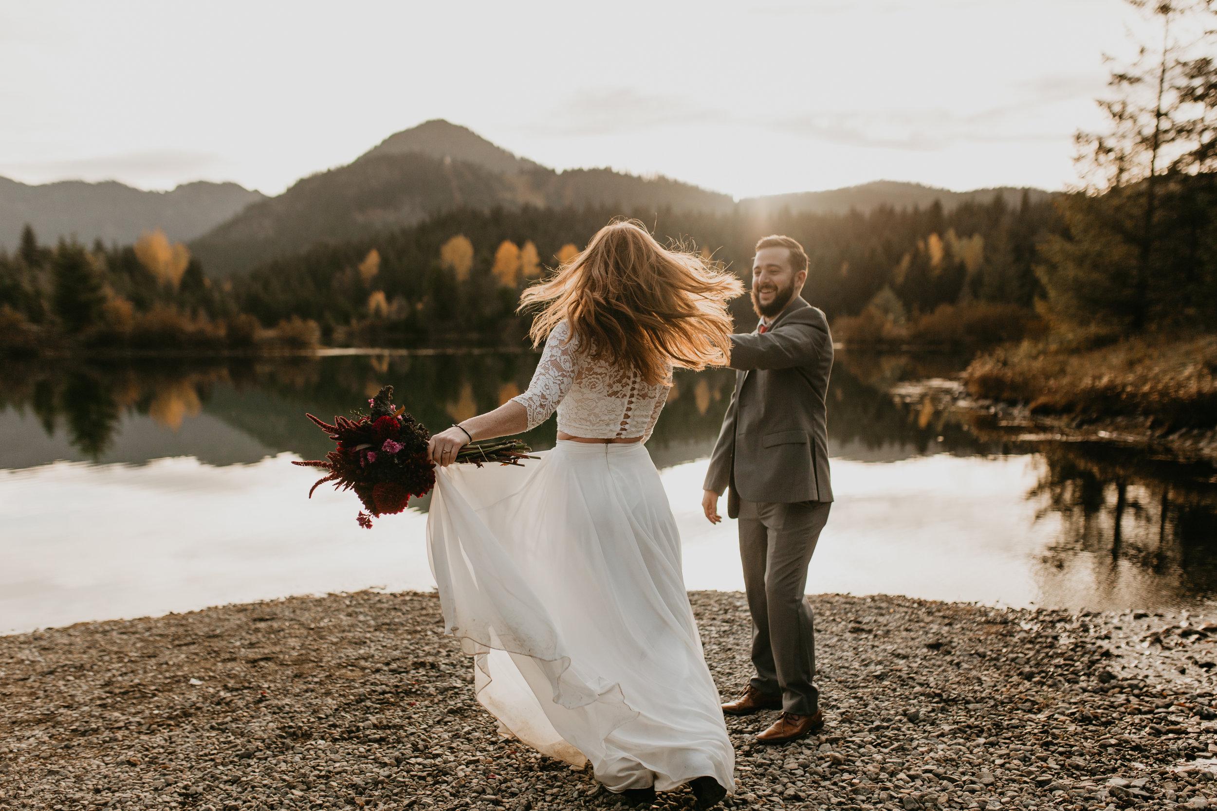 nicole-daacke-photography-mountain-view-elopement-at-gold-creek-pond-snoqualmie-washington-wa-elopement-photographer-photography-adventure-elopement-in-washington-fall-lakeside-golden-sunset-boho-fun-bride-0405.jpg
