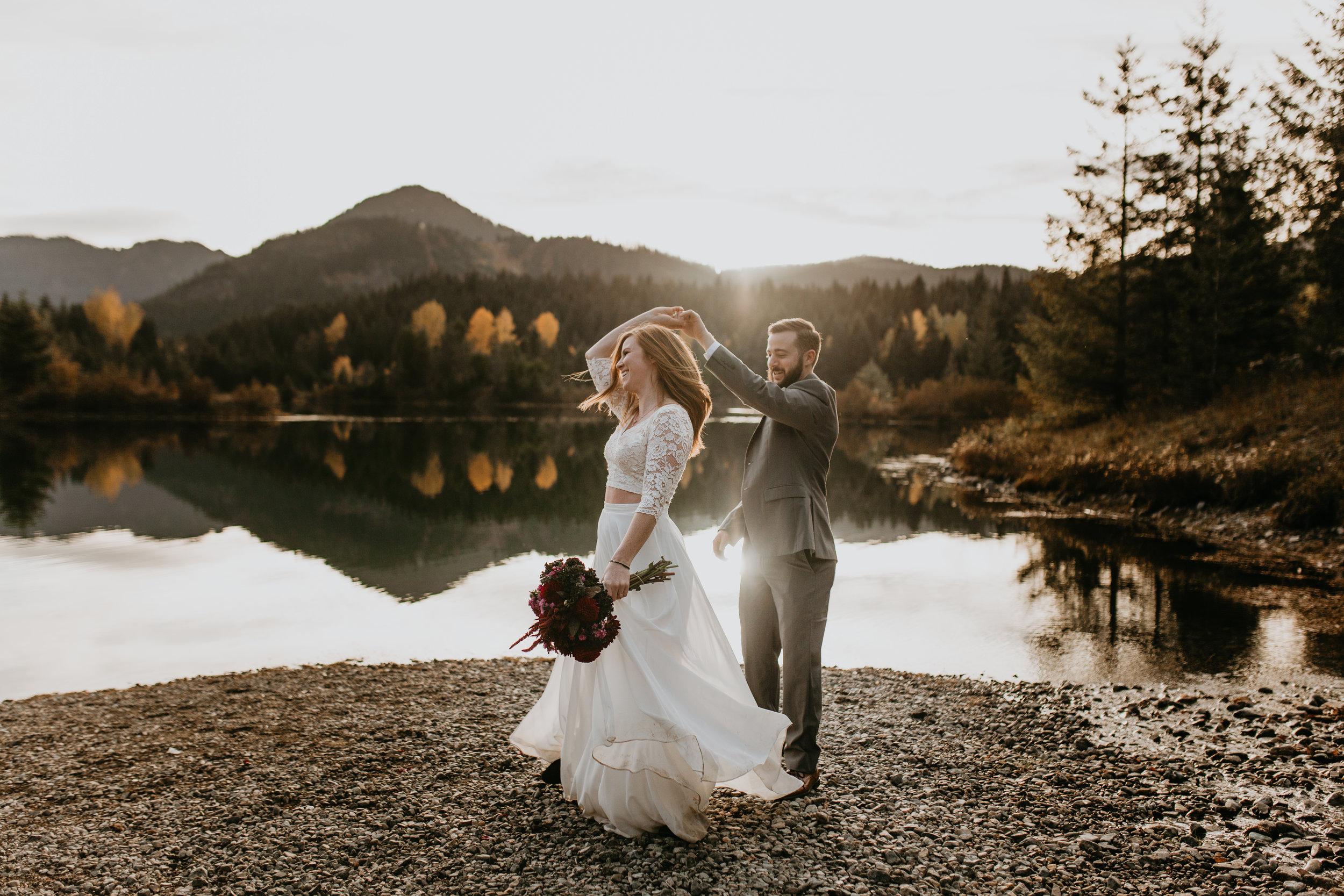 nicole-daacke-photography-mountain-view-elopement-at-gold-creek-pond-snoqualmie-washington-wa-elopement-photographer-photography-adventure-elopement-in-washington-fall-lakeside-golden-sunset-boho-fun-bride-0409.jpg