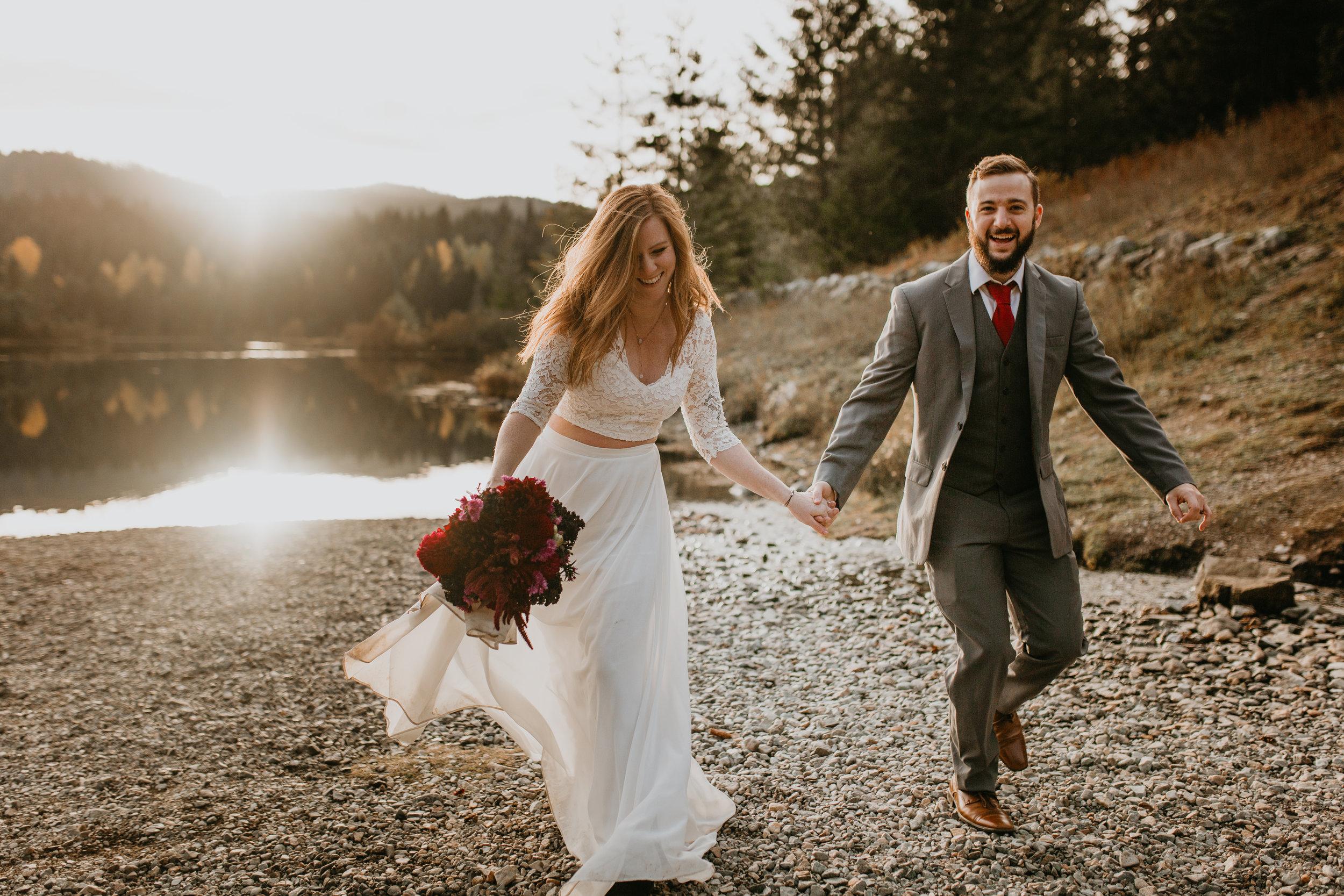 nicole-daacke-photography-mountain-view-elopement-at-gold-creek-pond-snoqualmie-washington-wa-elopement-photographer-photography-adventure-elopement-in-washington-fall-lakeside-golden-sunset-boho-fun-bride-0412.jpg