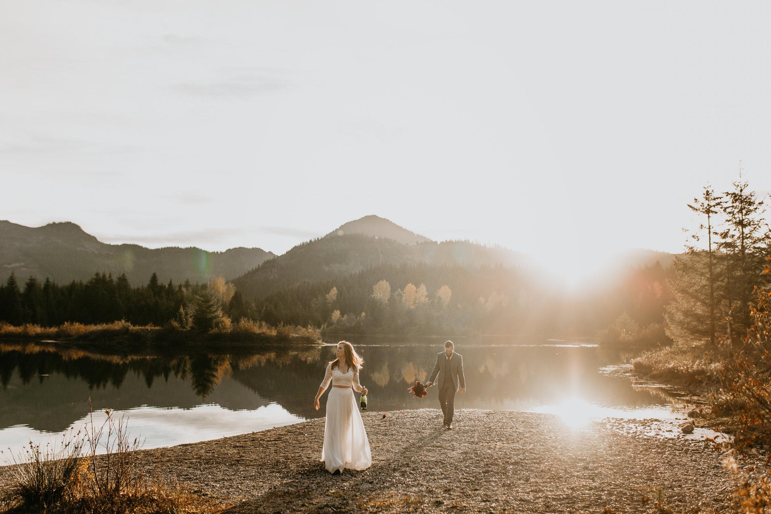 nicole-daacke-photography-mountain-view-elopement-at-gold-creek-pond-snoqualmie-washington-wa-elopement-photographer-photography-adventure-elopement-in-washington-fall-lakeside-golden-sunset-boho-fun-bride-0467.jpg