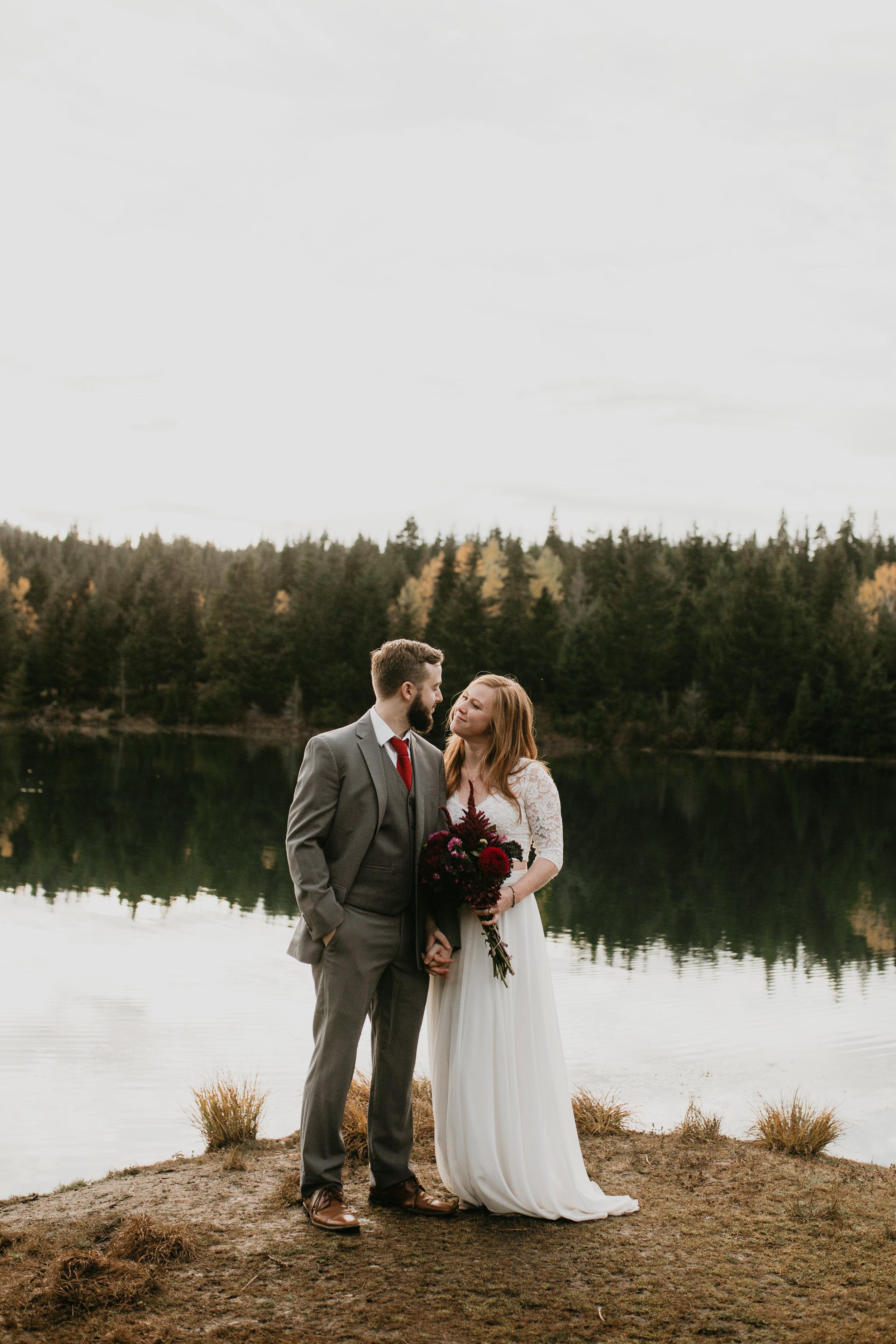 nicole-daacke-photography-mountain-view-elopement-at-gold-creek-pond-snoqualmie-washington-wa-elopement-photographer-photography-adventure-elopement-in-washington-fall-lakeside-golden-sunset-boho-fun-bride-0478.jpg