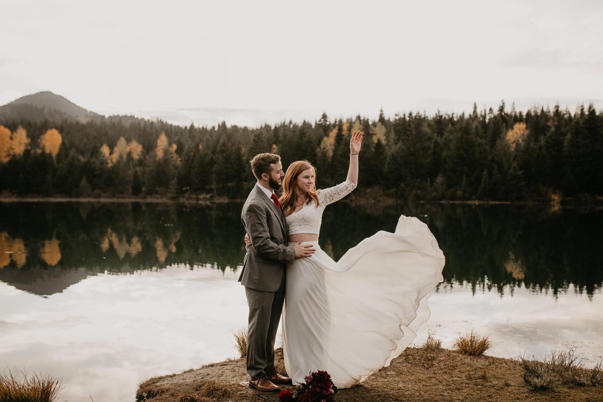 nicole-daacke-photography-mountain-view-elopement-at-gold-creek-pond-snoqualmie-washington-wa-elopement-photographer-photography-adventure-elopement-in-washington-fall-lakeside-golden-sunset-boho-fun-bride-0499.jpg