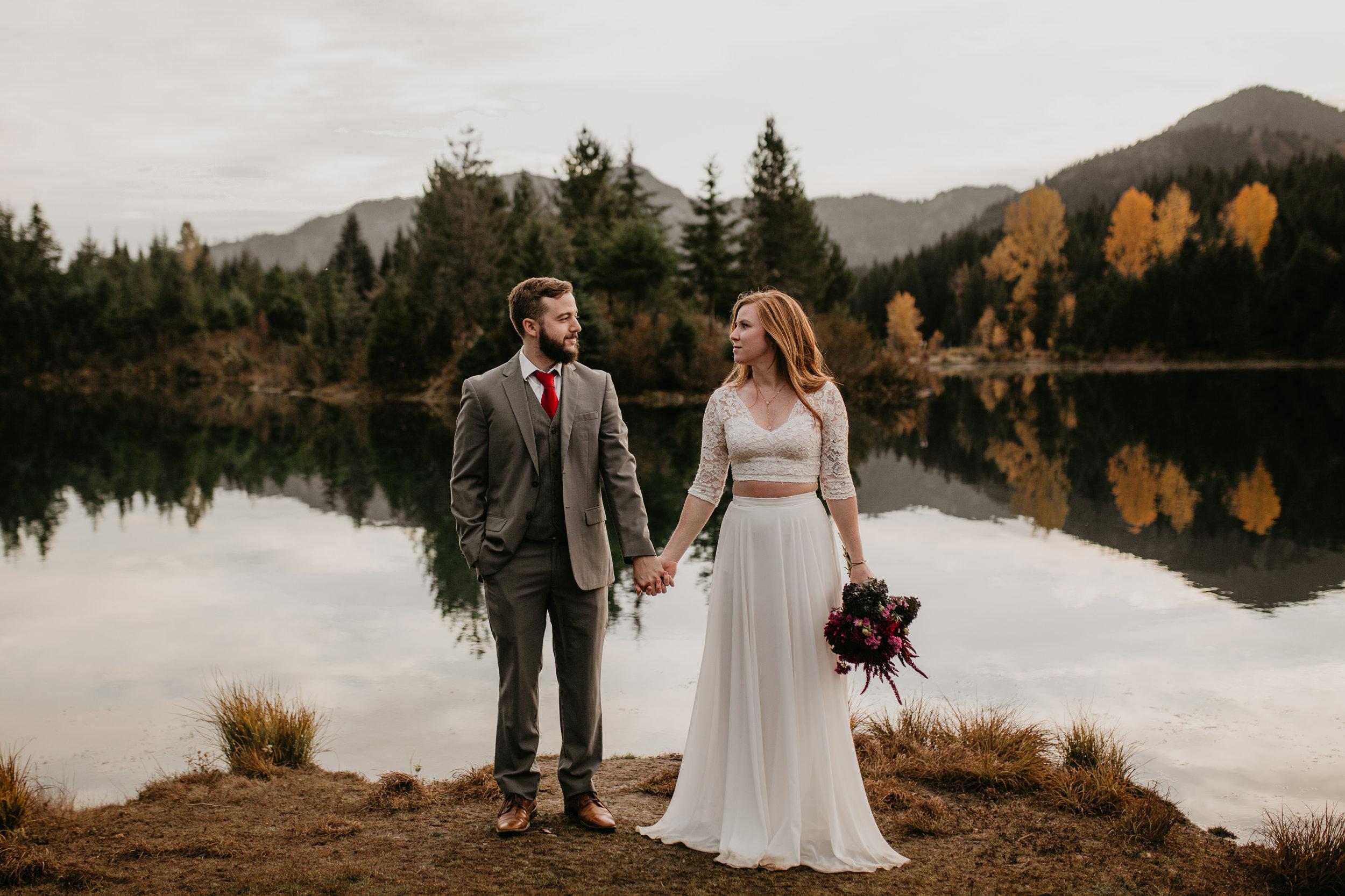nicole-daacke-photography-mountain-view-elopement-at-gold-creek-pond-snoqualmie-washington-wa-elopement-photographer-photography-adventure-elopement-in-washington-fall-lakeside-golden-sunset-boho-fun-bride-0527.jpg