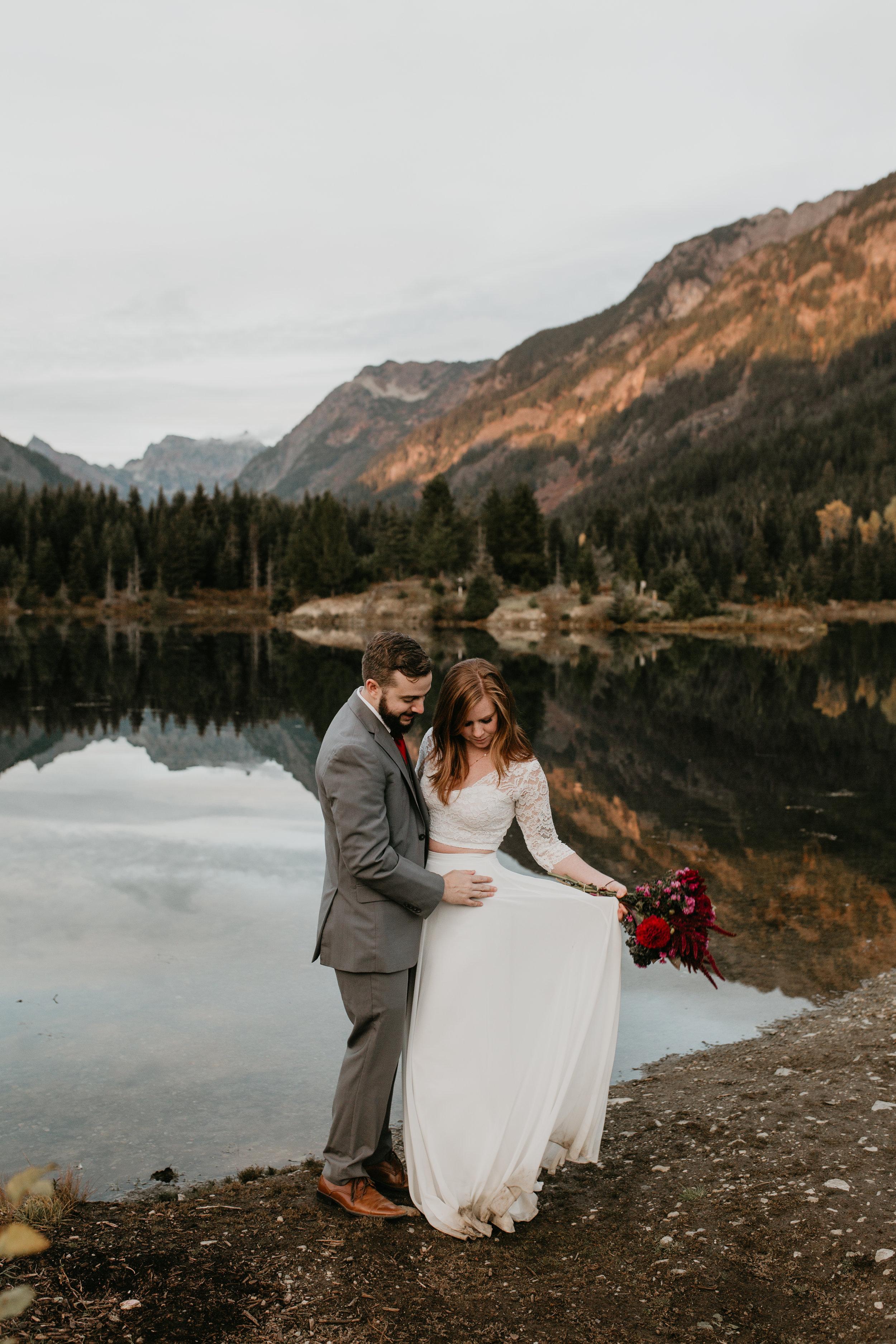 nicole-daacke-photography-mountain-view-elopement-at-gold-creek-pond-snoqualmie-washington-wa-elopement-photographer-photography-adventure-elopement-in-washington-fall-lakeside-golden-sunset-boho-fun-bride-0556.jpg
