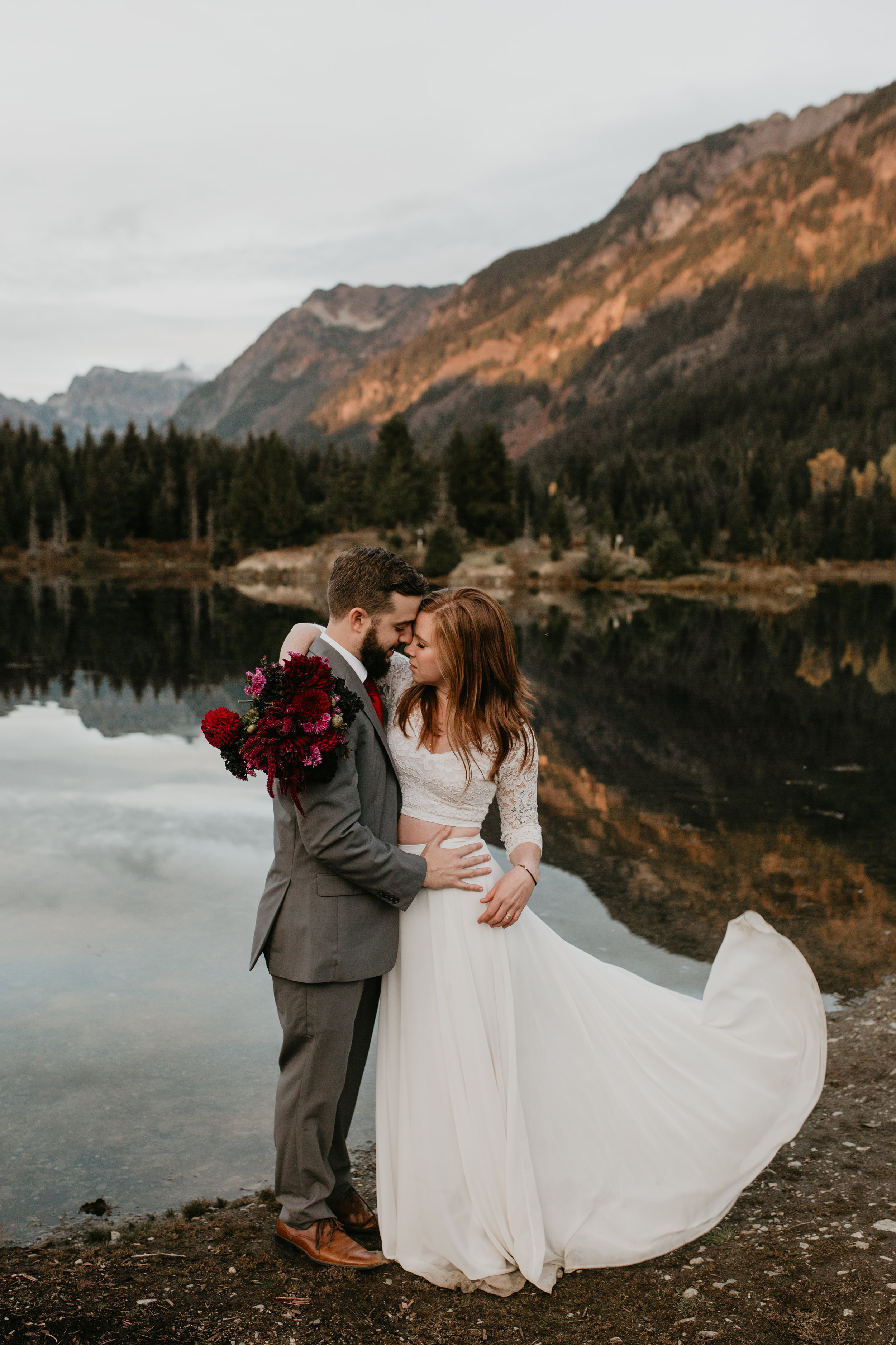 nicole-daacke-photography-mountain-view-elopement-at-gold-creek-pond-snoqualmie-washington-wa-elopement-photographer-photography-adventure-elopement-in-washington-fall-lakeside-golden-sunset-boho-fun-bride-0563.jpg