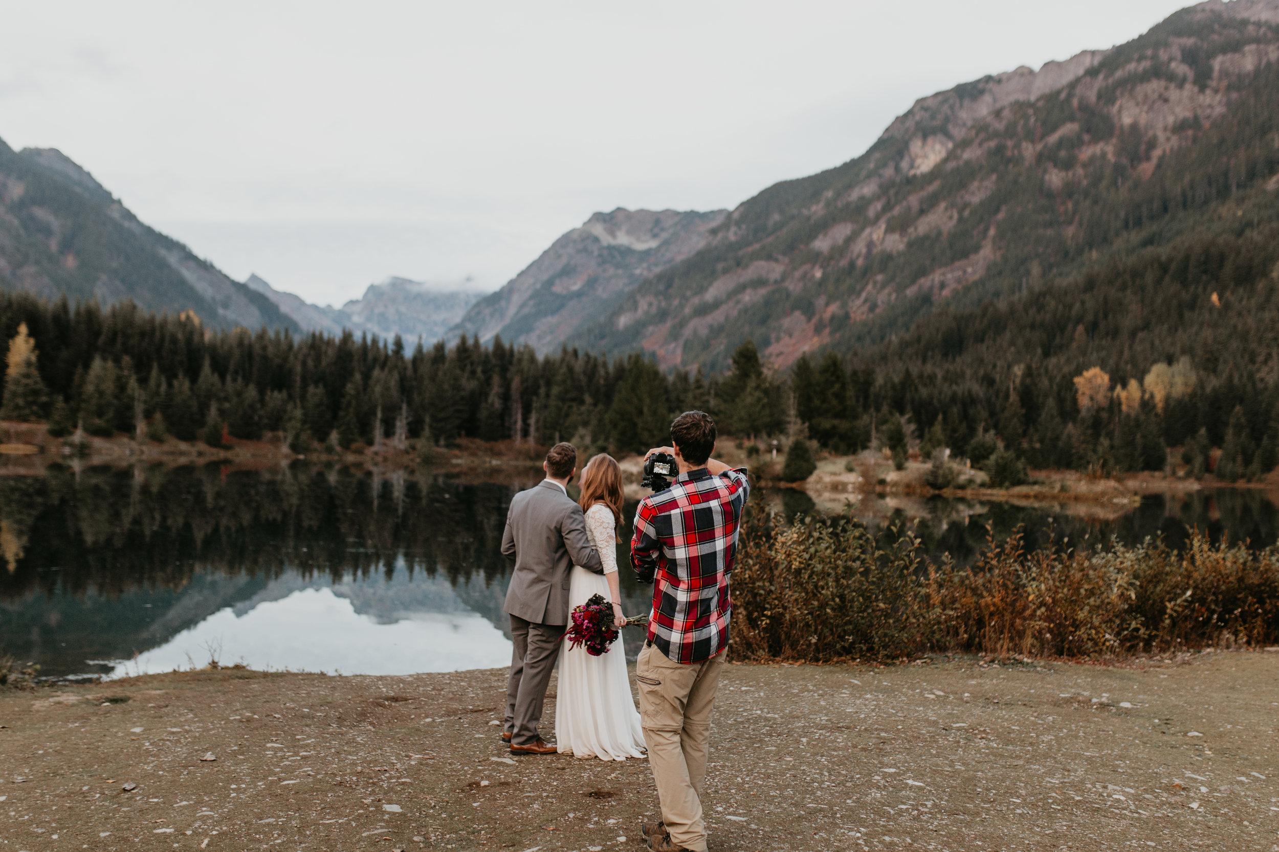 nicole-daacke-photography-mountain-view-elopement-at-gold-creek-pond-snoqualmie-washington-wa-elopement-photographer-photography-adventure-elopement-in-washington-fall-lakeside-golden-sunset-boho-fun-bride-0616.jpg