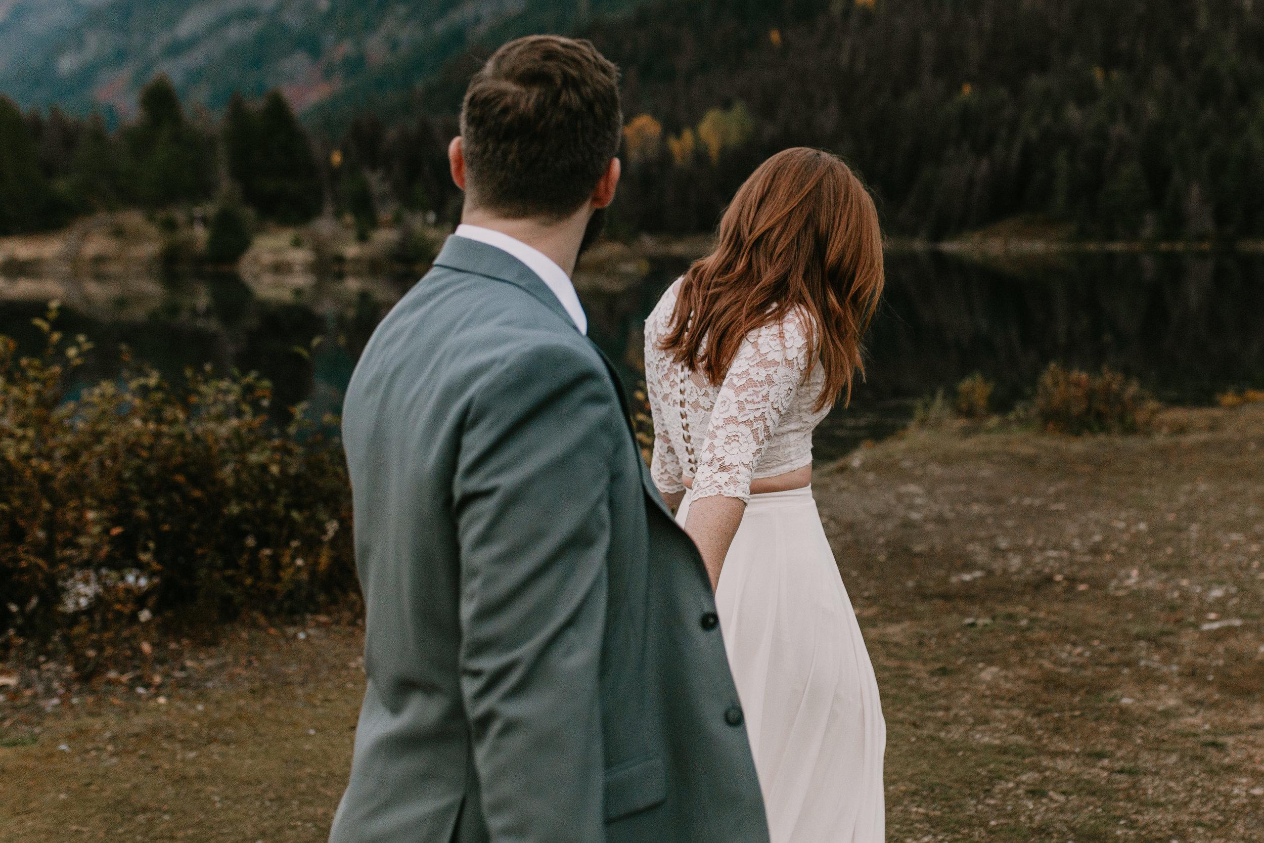 nicole-daacke-photography-mountain-view-elopement-at-gold-creek-pond-snoqualmie-washington-wa-elopement-photographer-photography-adventure-elopement-in-washington-fall-lakeside-golden-sunset-boho-fun-bride-0663.jpg