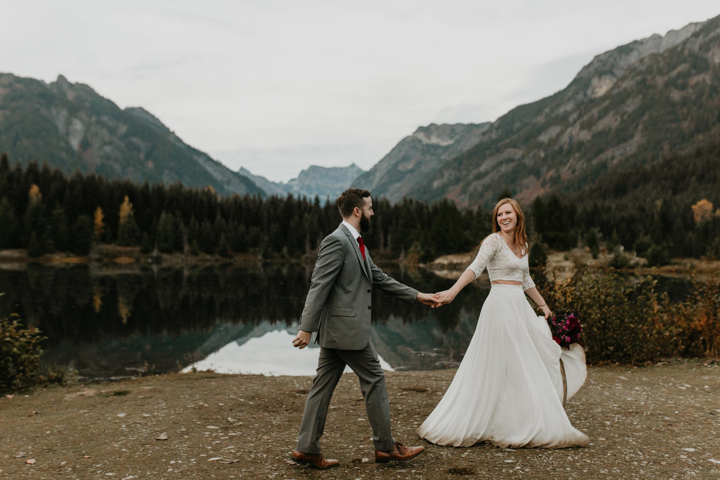 nicole-daacke-photography-mountain-view-elopement-at-gold-creek-pond-snoqualmie-washington-wa-elopement-photographer-photography-adventure-elopement-in-washington-fall-lakeside-golden-sunset-boho-fun-bride-0651.jpg
