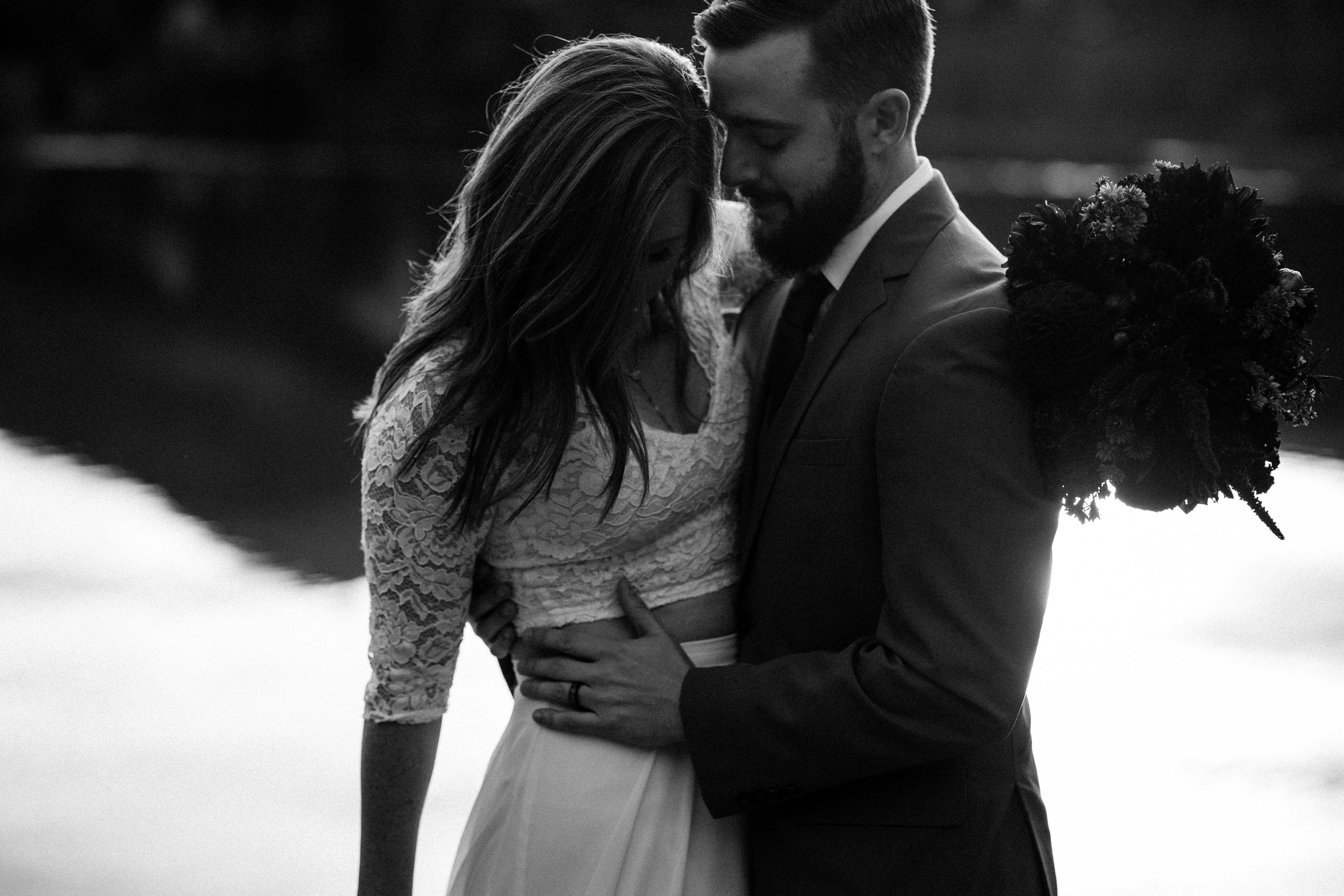 nicole-daacke-photography-mountain-view-elopement-at-gold-creek-pond-snoqualmie-washington-wa-elopement-photographer-photography-adventure-elopement-in-washington-fall-lakeside-golden-sunset-boho-fun-bride-2753.jpg