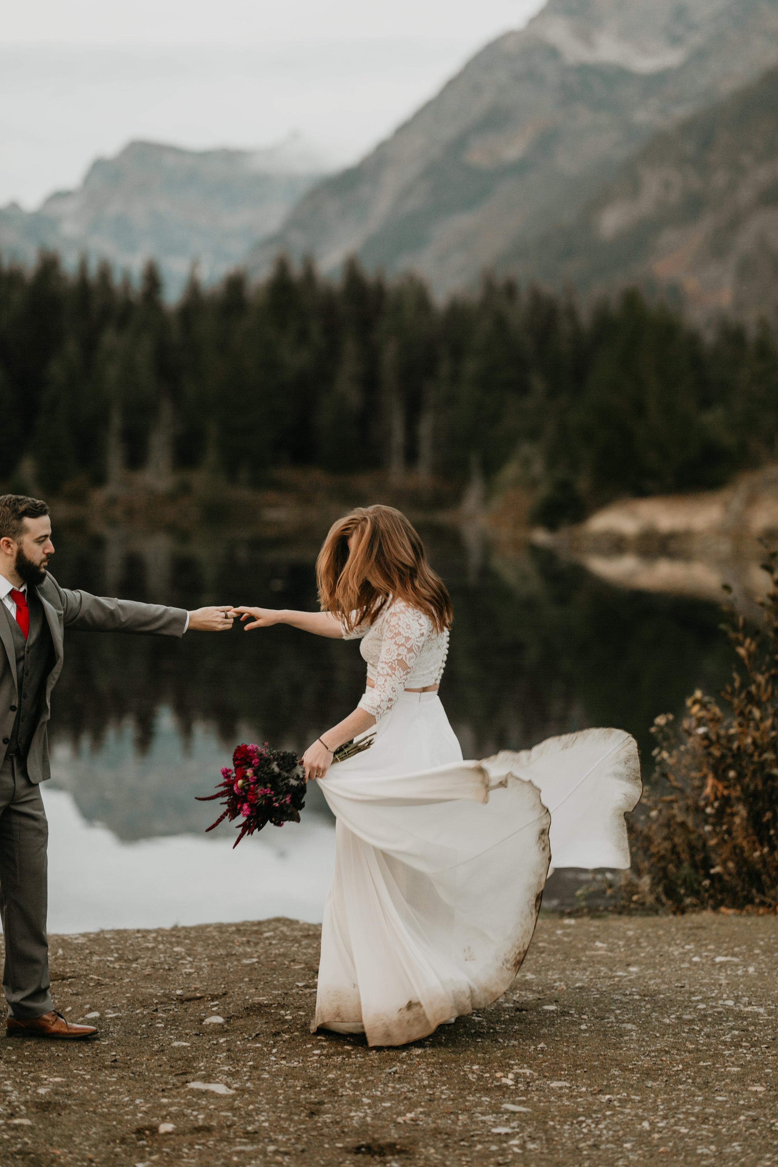 nicole-daacke-photography-mountain-view-elopement-at-gold-creek-pond-snoqualmie-washington-wa-elopement-photographer-photography-adventure-elopement-in-washington-fall-lakeside-golden-sunset-boho-fun-bride-2851.jpg