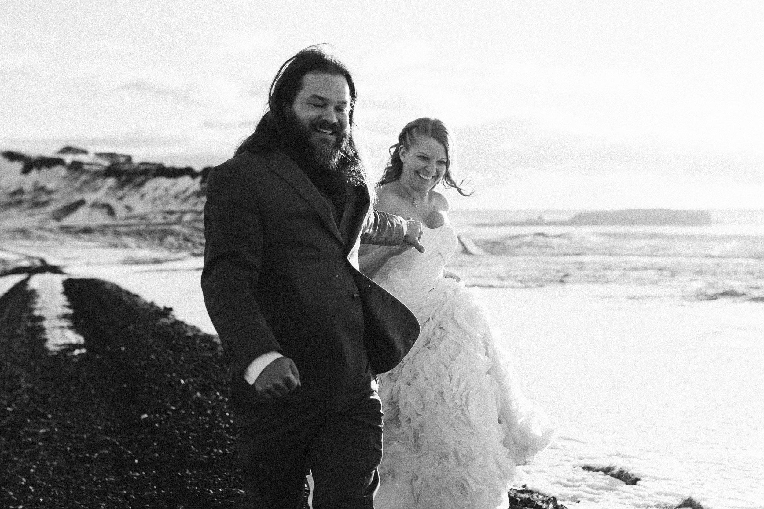 nicole-daacke-photography-iceland-winter-sunset-adventure-elopement-skogafoss-waterfall-black-sand-beach-dyrholaey-vik-iceland-intimate-wedding-black-church-elopement-photographer-16.jpg