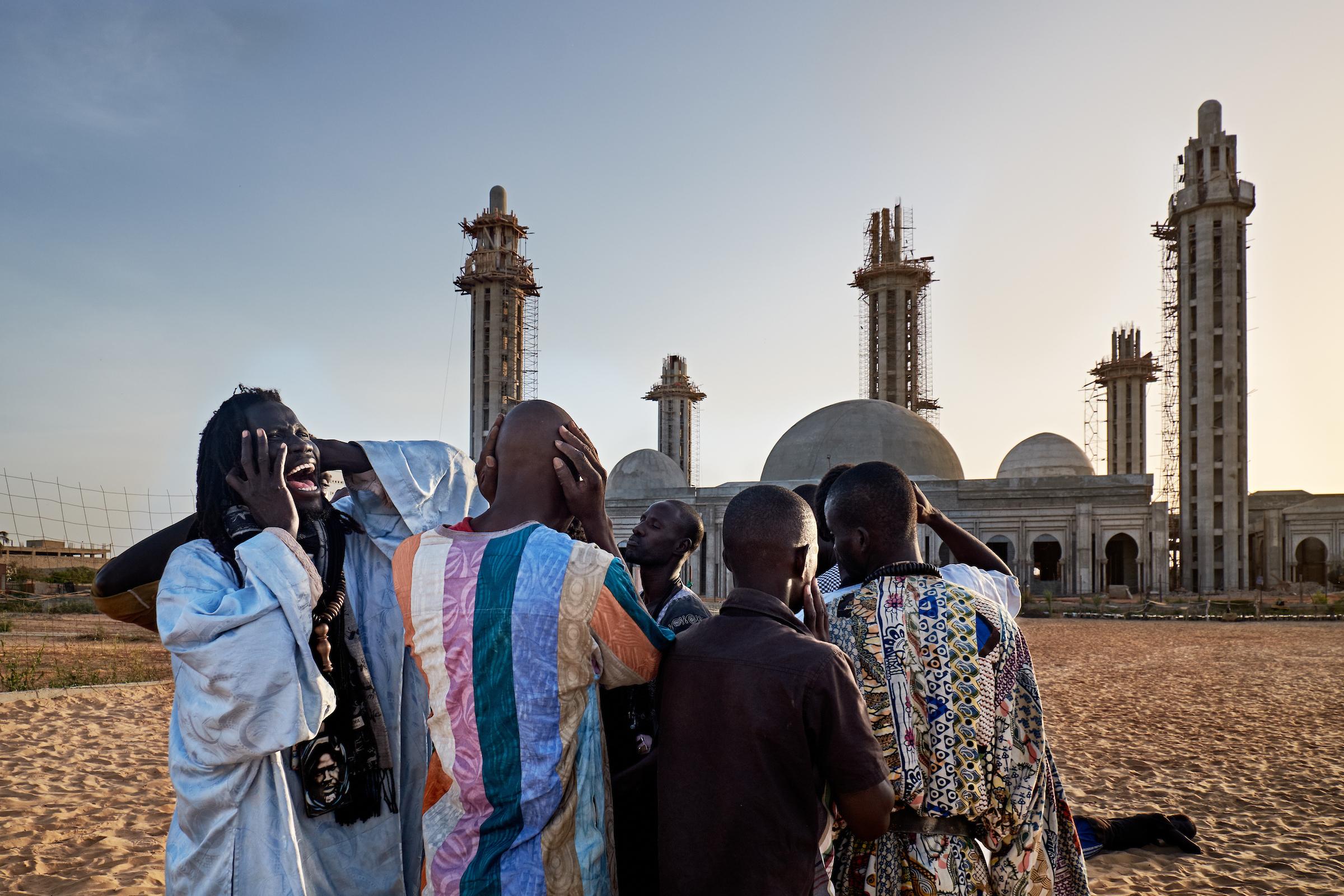 3. Juli 2014. Während dem Ramadan tanzt sich eine Gruppe von Baye Fall in Trance, indem sie rituelle Lieder vor der großen neuen Massalikoul Djinane Moschee in Dakar singen, die sich noch im Bau befindet. Viele Baye Fall verdienen als Musiker Geld, wie der berühmte senegalesische Sänger Youssou N'Dour.