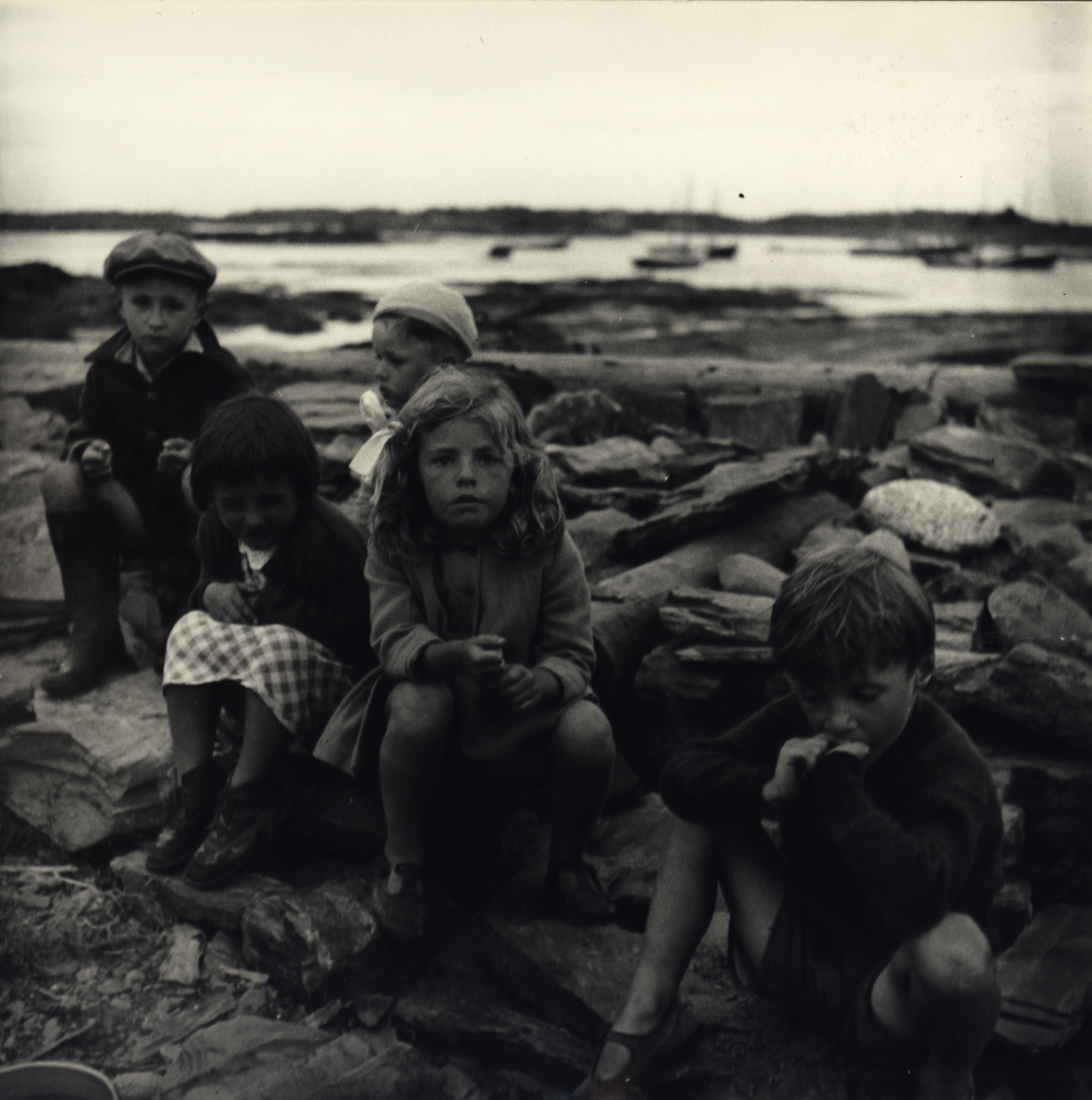 Children sitting on rocks at port, New York City, ca. 1940 | Bild: Sandra Weiner Courtesy Steven Kasher Gallery, New York