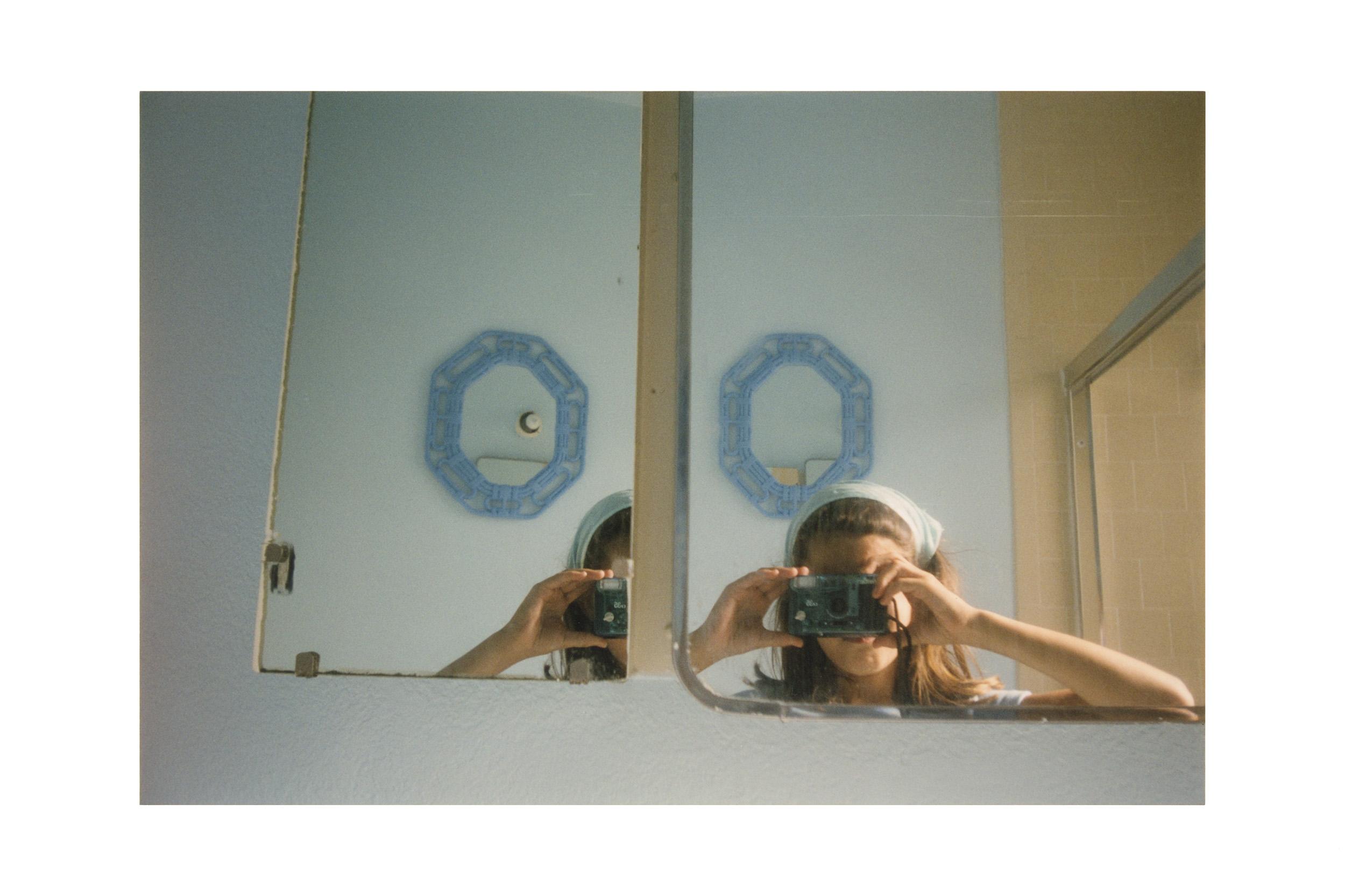 Anne Collier, aus der Serie Women With Cameras (Self Portrait), 2017 © Anne Collier Courtesy of the artist; Anton Kern Gallery, New York; Galerie Neu, Berlin; and The Modern Institute/Toby Webster Ltd., Glasgow