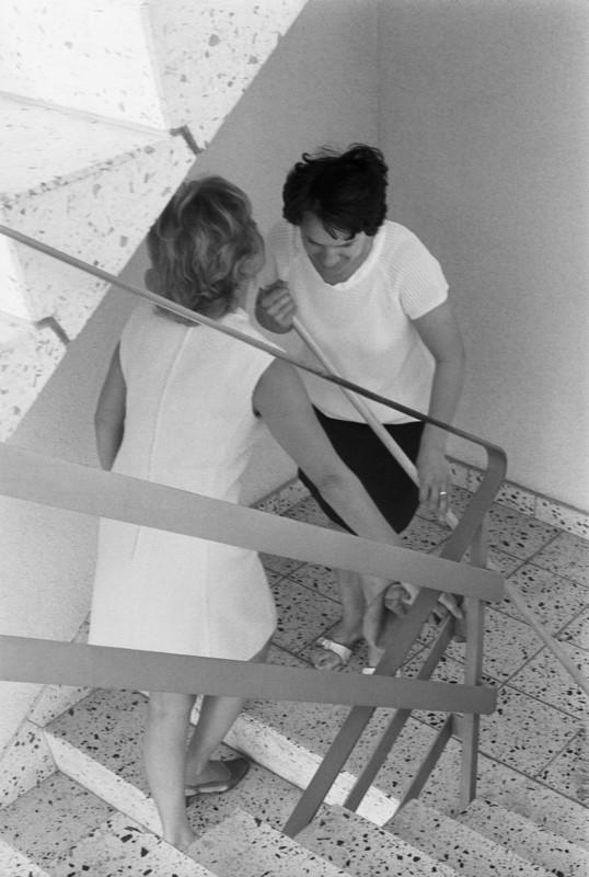 «Treppenhausklatsch kann viel kosten», aus der Serie «Schweizer, deine Rechte», 1970. Foto: Sigi Maurer © StAAG/RBA