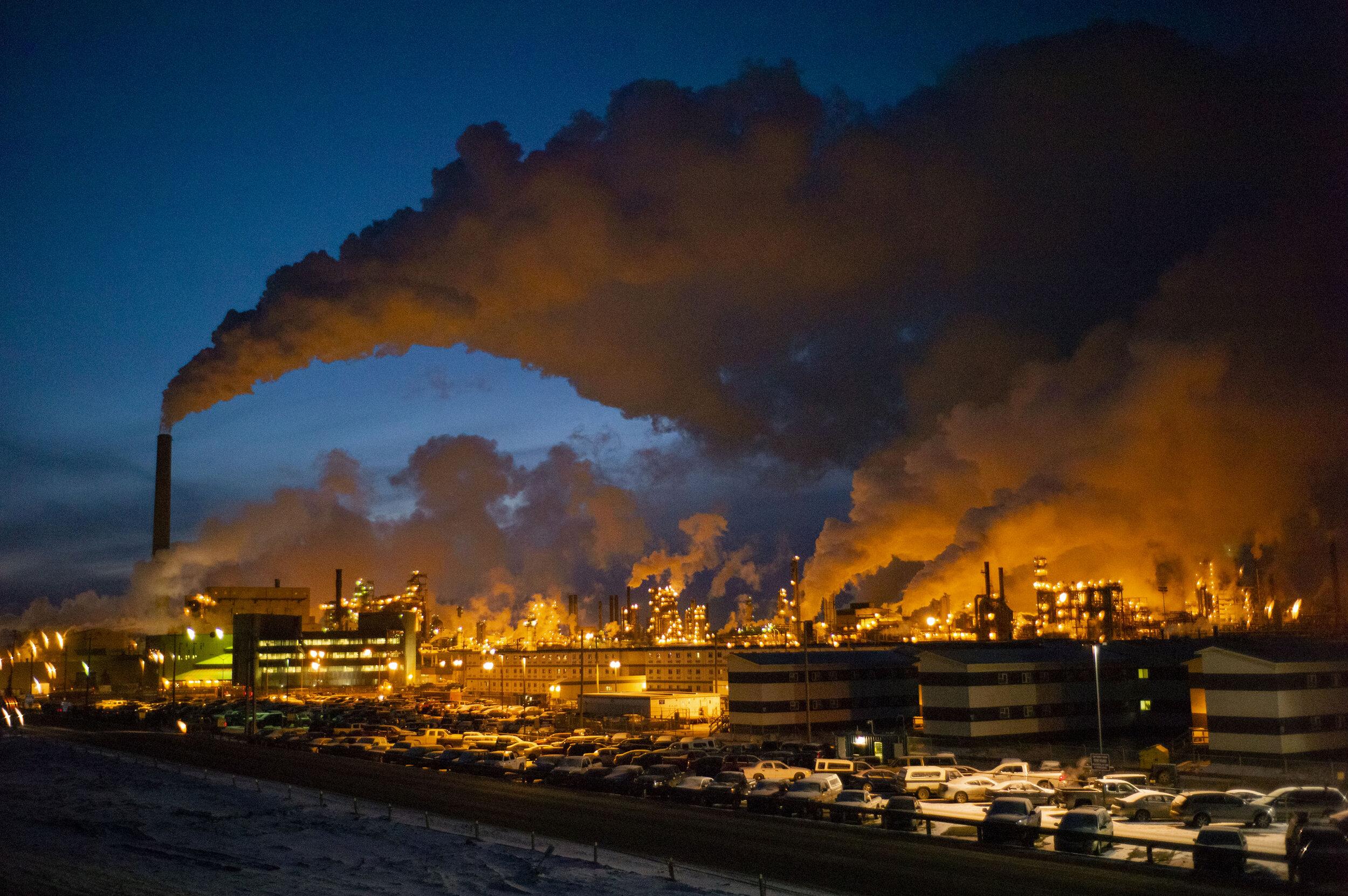 Die Aufbereitungsanlage der Firma Syncrude für Ölsande. Die Ölsandindustrie setzt jedes Jahr über 70 Megatonnen Treibhausgasemissionen frei.