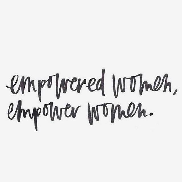 C'est exactement ça. . . . . #realwomenliftotherwomenup #girlpower#strongertogether#lesallumeuses#strongwomen#realqueensfixeachotherscrowns