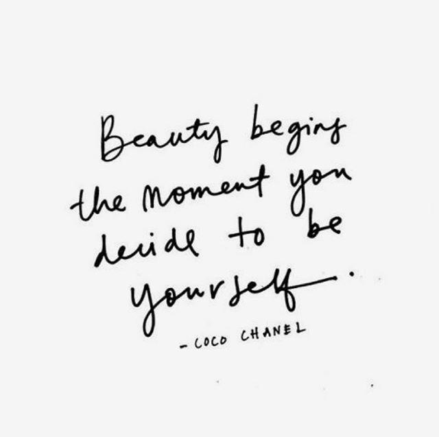 Vite de même ça a l'air facile à faire. Just be yourself. Ben oui why not. Mmmm 🤔 Pour que chaque personne puisse briller d'elle-même, il faut continuer de détruire les stéréotypes!!! Tu es beau et belle à ta façon, et tu brilles parce que tu es toi, et justement parce que tu es différent(e). La beauté anyways -intérieure & extérieure-, on s'entends-tu que y'a rien de plus relatif que ça!?! Ne perdons donc pas notre temps à vouloir être autre chose que soi-même. Je pense qu'il reste énormément de travail à faire là-dessus, mais je sens vraiment qu'on marche dans la bonne direction. Just be yourself and let it shine baby 💃🏼✨ . . . . #beyourself#selflove#selfconfidence#amourpropre#strongertogether#beauty#beauteinterieure#womenempowerment#lesallumeuses