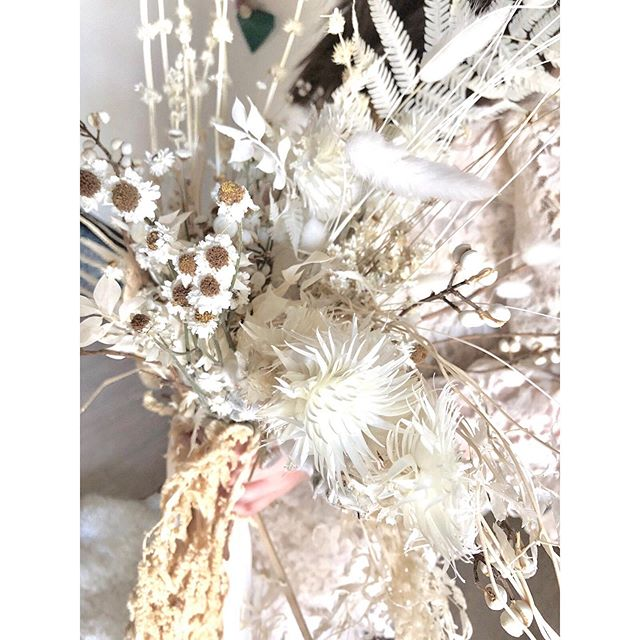 An ethereal, angelic bouquet of all dried flowers, foliage, seedpods, and mushrooms. 🌾🍂🍄✨🕊 I could get lost in all those little intricacies and textures.