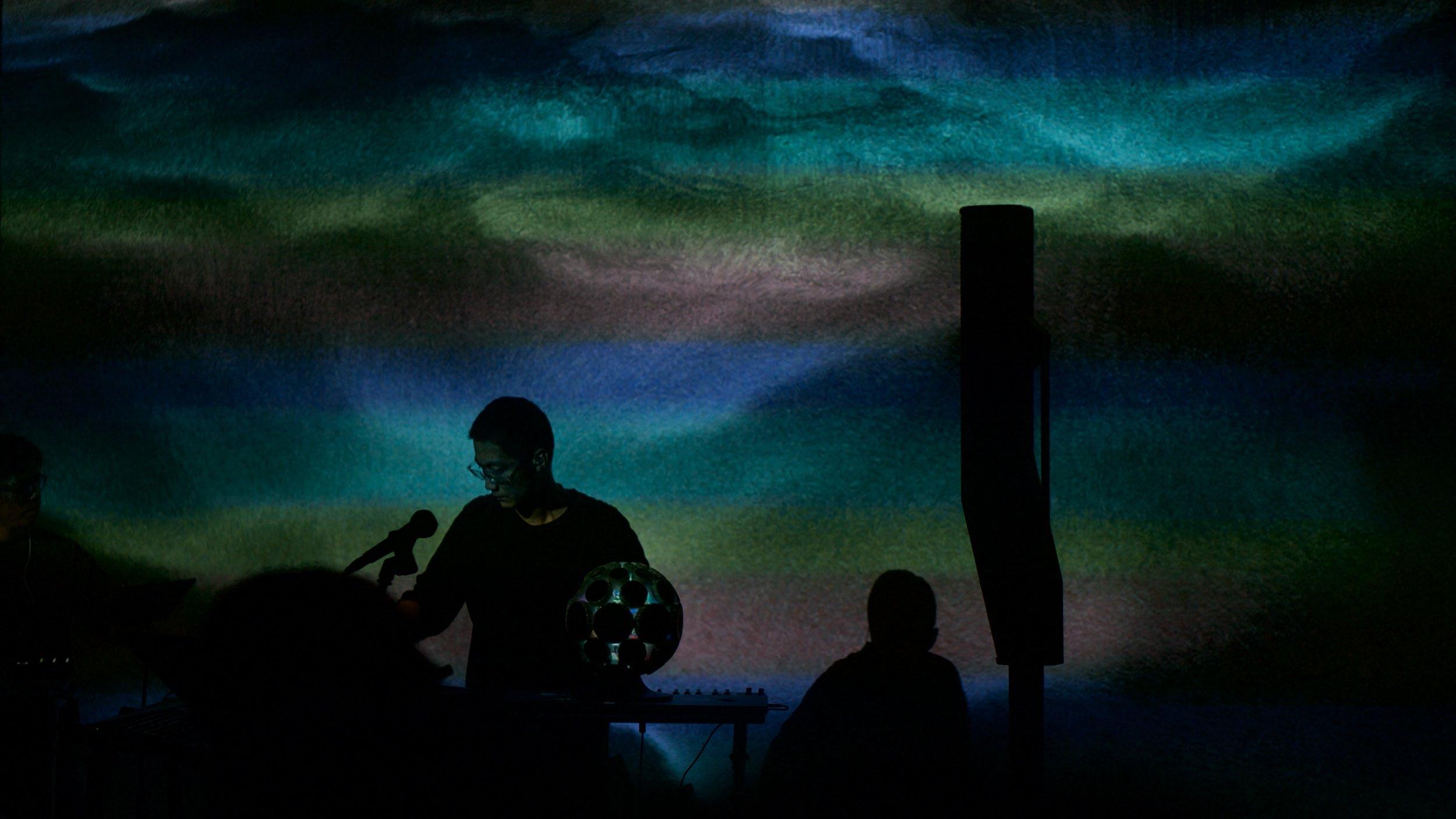 "Jason Hou是一名来自北京的音乐制作人与声音设计师,他的作品在多样化的声音元素与风格交融的同时保持着稳固的连续性与鲜明的个人风格。作为知名的 AlphaSphere  (创意MIDI控制器) 演奏者,Jason于2016年受邀在德国慕尼黑的BMW总部表演,2018年初参加德国CTM音乐节,在柏林著名俱乐部Berghain中表演。 Jason是 第二感音频科技  (2nd Sense Audio) 的创始成员之一,作为产品与声音设计师参与了合成器软件 WIGGLE 的研发,软件推出后获得了Computer Music (电脑音乐)杂志颁发的年度创新与表现奖。  Jason在北京电子音乐厂牌Do Hits发表全长专辑 《生》 、EP 《原》 ; 在新乐府发表与京剧艺术家谭正岩合作的 ""定军山"" 与 ""空城计"" 选段remix; 在Muti Music发表为ill.Gates制作的  ""More Tea""  remix;参与德国音乐科技公司Native Instruments的第二期 "" Native Sketches音乐随笔 "" 项目;为Intel公司酷睿处理器广告制作音乐并代言;为唱作人阿朵的专辑《死里复活》中 ""起初"" 与 ""那里是哪里"" 两首歌编曲;为导演萧潇的纪录片 ""团鱼岩"" 配乐。他的作品获得了鼓大师Jojo Mayer, 厂牌Mad Decent及Boiler Room的推荐。作为DJ,Jason的guest mix曾在Rinse FM及Radar Radio播出。  Jason自2015年起与 Hibanana工作室 的视觉艺术家苗晶合作声音影像装置作品 「渐」 、 「O」 、 「博物幻生」 等,作品曾在北京今日美术馆、重庆Apple Store、上海MoCa当代艺术博物馆、美国新墨西哥州Currents New Media 2018艺术节参展。两人在2018年7月合作推出了声音影像现场作品 「初·ZPTPJ」 ,目前已于新墨西哥州Currents New Media 2019艺术节、旧金山Grey Area剧场、第九届全球华语科幻星云奖开幕式、上海长江剧场、Vas Live、多余美术馆補时空间、成都Nu Space、北京CHAO艺术中心等地表演。"