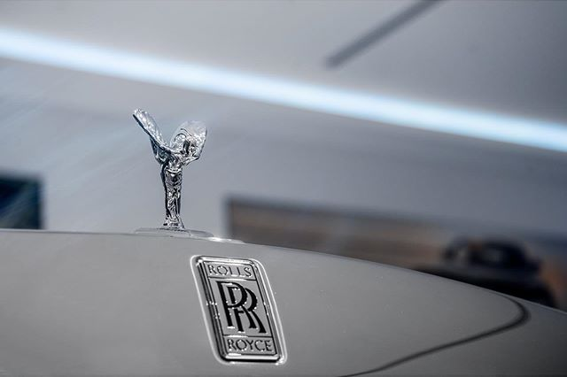 The spirit of Ecstasy, first introduced by sculptor Charles Robinson Sykes in 1909 and is symbolic to a secret love affair between second Baron Montagu of Beaulieu and Eleanor Thornton. ⁣⁣⁣ ⁣⁣⁣ Rolls Royce to this day is one of the most prestige brands in automobile. Not made for the masses and hand made for their owners. ⁣⁣⁣ ⁣⁣⁣ On a personal note, the first RR i have ever driven was back in 2005 . I had a chance while working valet, to drive a 2004 Phantom and wow what a car that was. From comfort to just the ease from the steering wheel was amazing. ⁣ ⁣ @rollsroycecars  @huracandrew  @sonyalpha • • • • •  #rolls #rollsroycewraith #wraith #starrynight #starrynightrollsroyce #spirit #spiritofecstasy #fieldsmotorcar #fieldsmotorcarsorlando #dupontregistry #hypebeast #luxurylife #luxurylifestyle #phantom #ghost #wraith #cullinan #sony #sonyalpha #sonyalphaautomotive