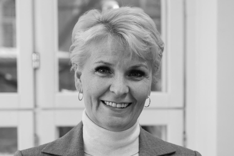 Pia Blom-Johansson - Pia Blom-Johansson/ Partneri, seniorikonsulttiPia Blom-Johansson liittyi Nordic Interim Finlandin tiimiin tammikuussa 2019. Nordic Interimiin hän siirtyi Vermon Ravirata Oy:n toimitusjohtajan tehtävästä, jonka hektisessä ympäristössä hän toimi vajaat neljä vuotta. Pialla on pitkä kokemus liiketoiminnan kehittämisen tehtävistä tulosvastuullisena johtajana Tapiola-ryhmässä. Hän on myös työskennellyt omassa perheyrityksessään johdon konsulttina. Koko työuransa ajan Pia on toiminut esimiehenä, jolloin liiketoiminnan kehittäminen ja rekrytointi on kuulunut oleellisena osana hänen työtehtäviinsä. Koulutukseltaan Pia on kauppatieteiden maisteri. Aktiivinen ratsastusharrastus omien hevosten parissa lohkaisee vapaa-ajasta suurimman palan.+358 40 545 3515 / pia.blom-johansson@nordicinterim.fi
