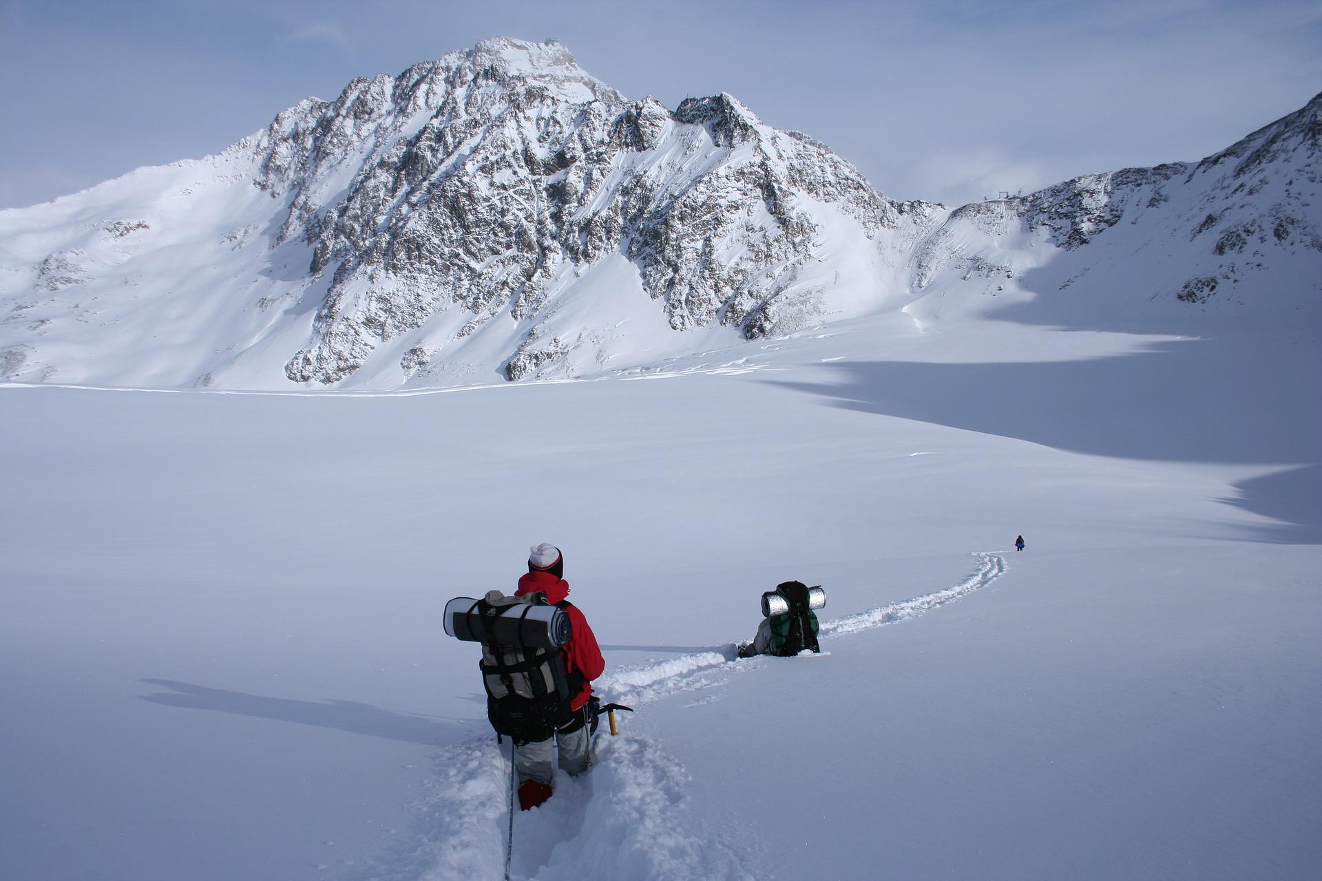 winter-hike-1796562_1920.jpg