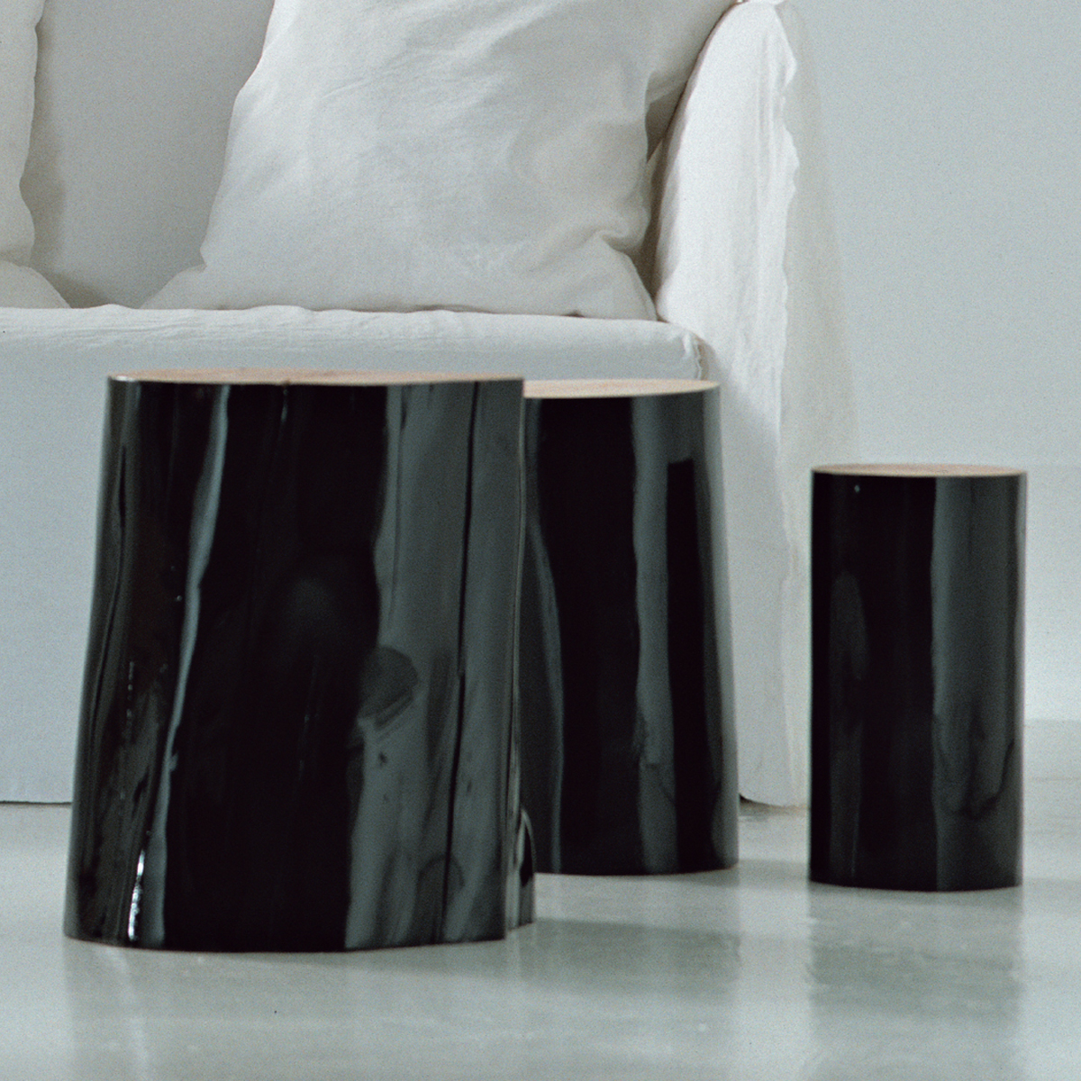 gervasonilogs s/m/l - Trunk section of beech, barked and glossy black or white lacquered outside.