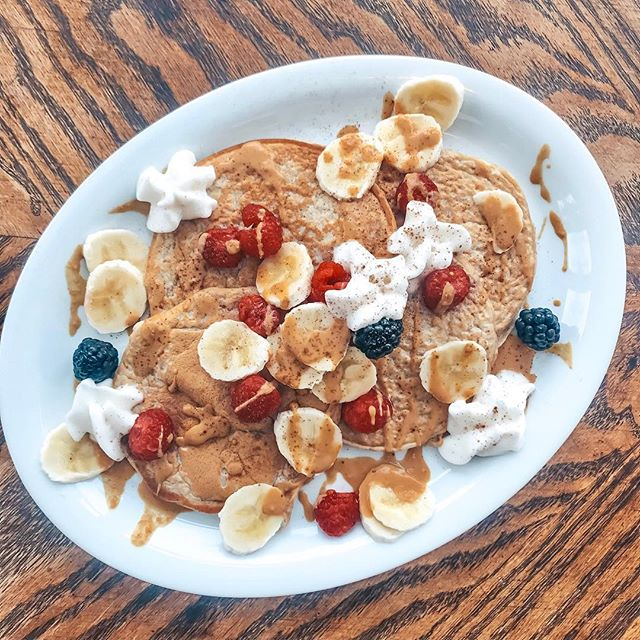 Protein Pancake morning!🥞 •1 scoop vanilla protein powder •1/4 tsp baking powder •1/4 cup egg whites •1/4 cup almond milk •Cinnamon Berries, peanut butter and almond milk whipped cream! (~30g protein!) #happymonday #tdegree