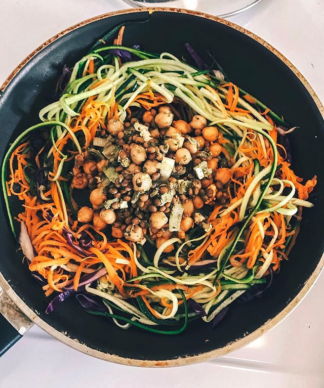 Sneakin in veggies! Currently, I am focusing on lowering my body inflammation during hard training weeks for optimal recovery. Colorful veggies = high in antioxidants =  anti-inflammatory compounds 💪🏻 —————— Shredded: -Zucchini -Carrots -Purple cabbage • -Homemade chickpea/lentil salad: 1/2 cup chickpeas -1/2 cup lentils -1/4 cup onions -2 cherry tomatoes -1 tbsp feta cheese -1 tbsp Pesto • Toss it all in a pan, mix, and serve 🙌🏻🥕 #plantbased #tdegree #fueltofunction