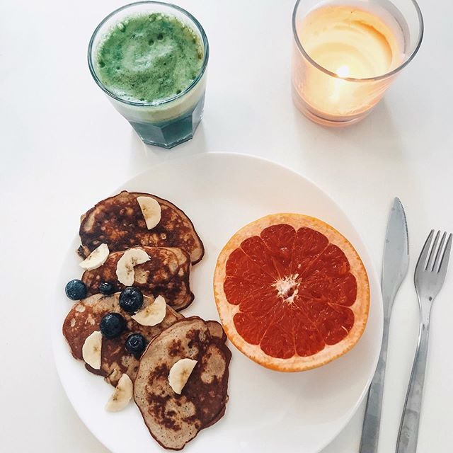 Breakfast Combos! •Protein pancakes with @betteryousverige vanilla plant based protein powder, 1/2 banana, egg, oats, pumpkin seeds, cinnamon. •Green drink with @betteryousverige green blend, spinach, banana, mushroom powder, collagen peptides and matcha. •Grapefruit for immune system support and fiber 🤗 #tdegree #fueltofunction