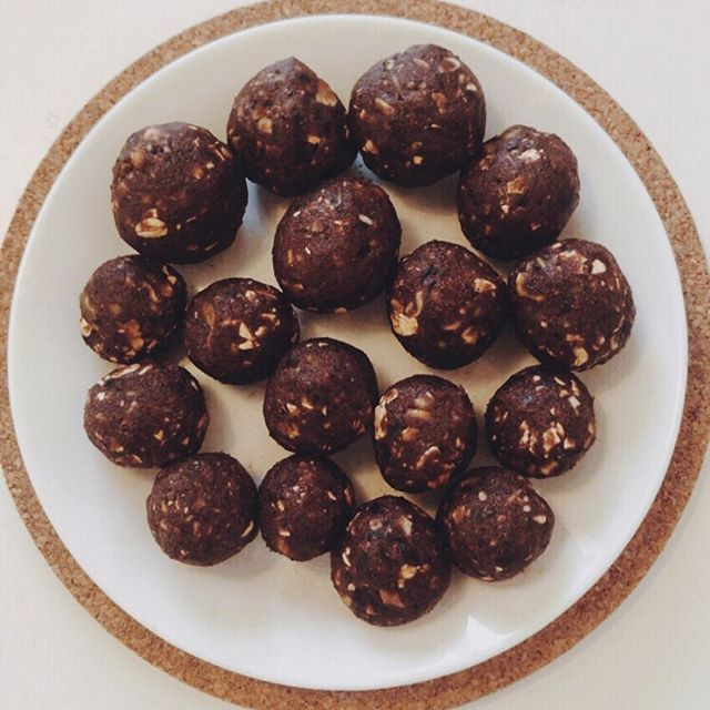 Energy ballz Dates Cacao powder Pecans Pumpkin seeds Oats Coconut Vanilla extract ———————— To be honest.. I don't usually measure when I cook so I couldn't tell ya how much of what to put in these ballzzz. Make up your own creation! The beauty of cooking. 〰️ Use these ingredients for a healthy nutrient dense sweet treat. #tdegree #fueltofunction #cacaoballs