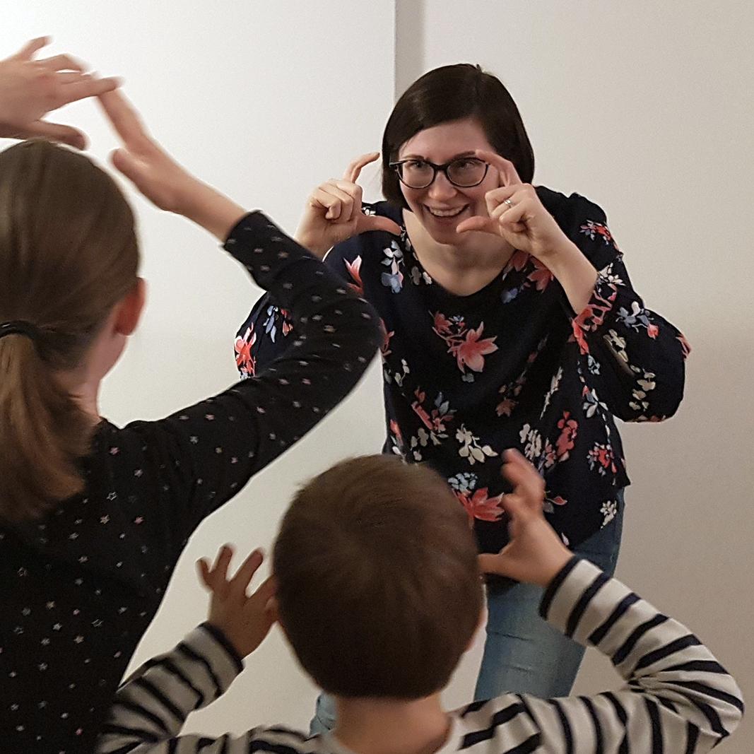 Anu Pyykkö - Kasvatustieteen maisteri, luokanopettaja (KM) ja draaman aineenopettaja. Anu työskentelee KEHU-kehittämishankkeessa tutkijana ja KEHU-koulutusohjelman kouluttajana.Väitöstutkimuksn työnimi:Draamallista toimintaa tukevan oppimisympäristön luominen - Luokanhallinnan observointityökalun kehittäminen draamatunnille