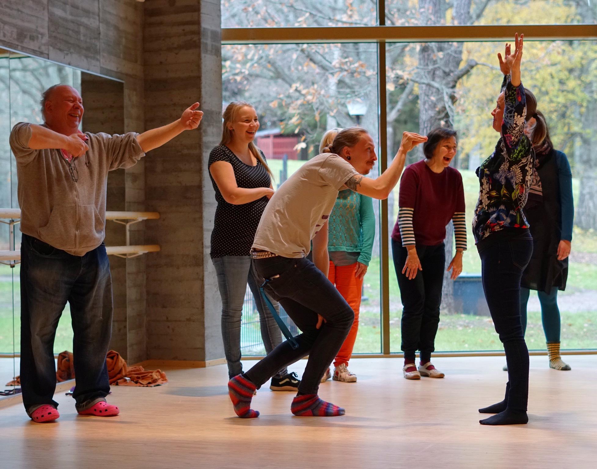 Espoossa Auroran koulussa kehitetään opettajien kokonaisvaltaisia vuorovaikutustaitoja läpi koko lukuvuoden yhteistyössä KEHU-hankkeen kanssa. Lokakuun kurssikerralla omia kehoviestejä tarkasteltiin muun muassa improvisaation keinoin. Kuva: Pia Kaspi, Auroran koulu