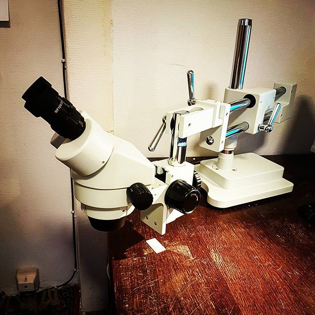 This tool!!😃 Dont know how I've survived without it... really looking forward using this stereo microscope for engraving tiny stuff in pearl soon.⛏🗡 #awholenewfocus #inlay #mrinlay #engraving #microscope #luthier #luthiery