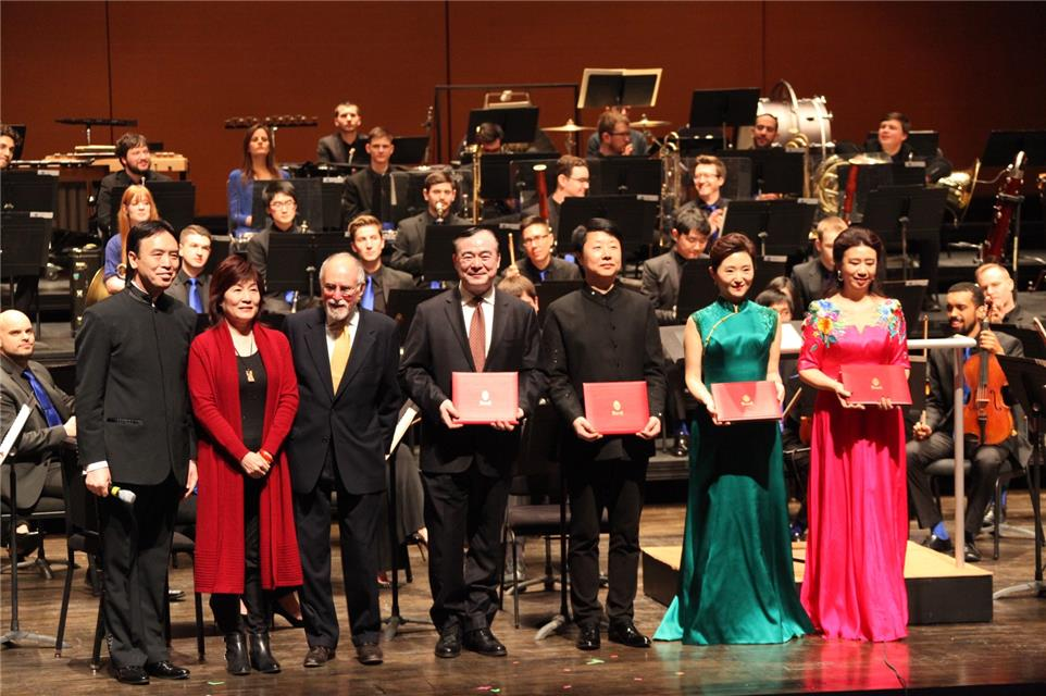 Bard Conservatory of Music Director Robert Martin presented a letter of appointment and took a group photo with the president of the Central Conservatory of Music at the opening ceremony concert of the US-China Music Institute. Photo by Zhu Xi.