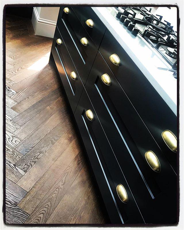 Brass handles added, floor protection has been lifted - it sure looks lovely.  @imaggiochiswick #kitchendesign #shakercabinets #railings #farrowandball #brasshardware #ironmongery #herringbonefloor #marble #interiordesign #architecture