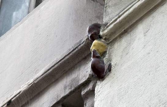 London's smallest statue is located on Philpot Lane and features two tiny mice eating cheese. It is dedicated to two builders who fell during construction of The Monument after an argument over a missing sandwich, that they blamed on each other but was actually the fault of a mice infestation.