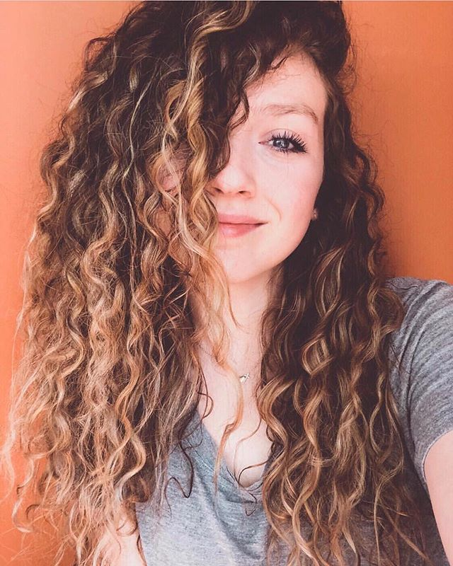 When texture meets brightness🌻 . Mikaela is the girl with the hair I'd want my wig made out of. Like LOOK at those curls!! We went darker last fall but now that it's summer it was definitely time to add some lightness back in! Who needs an after picture when their clients can selfie this good😜 . SPEAKING OF, if you have a bomb ass selfie you've taken with your fresh locks (and I've done your hair lol) feel free to tag me in it or pm me and I may post it!💓 . #btconeshot19_warmbalayage  #btconeshot19_emergingartist  #btconeshot19_naturaltexture