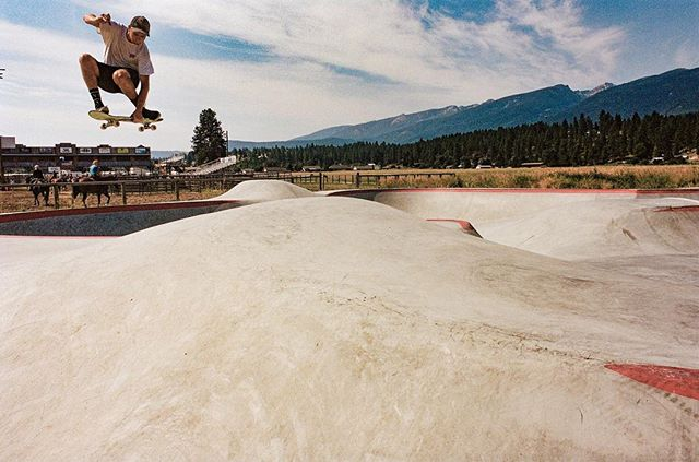 Looking forward to spring & summer skate sessions in Montana ⛰ @_dicks_pix air time in Darby, Montana last summer #darbyskatepark #montanaskateparks #montanapoolservice 📸 @tokabonga