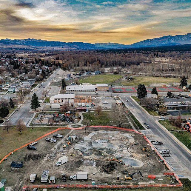Hamilton, Montana 💯 getting her done last fall #hamiltonskatepark #montanaskateparks #montanapoolservice #evergreenskateparks 📸 @benhlavacek #evergreenairlines 🚁