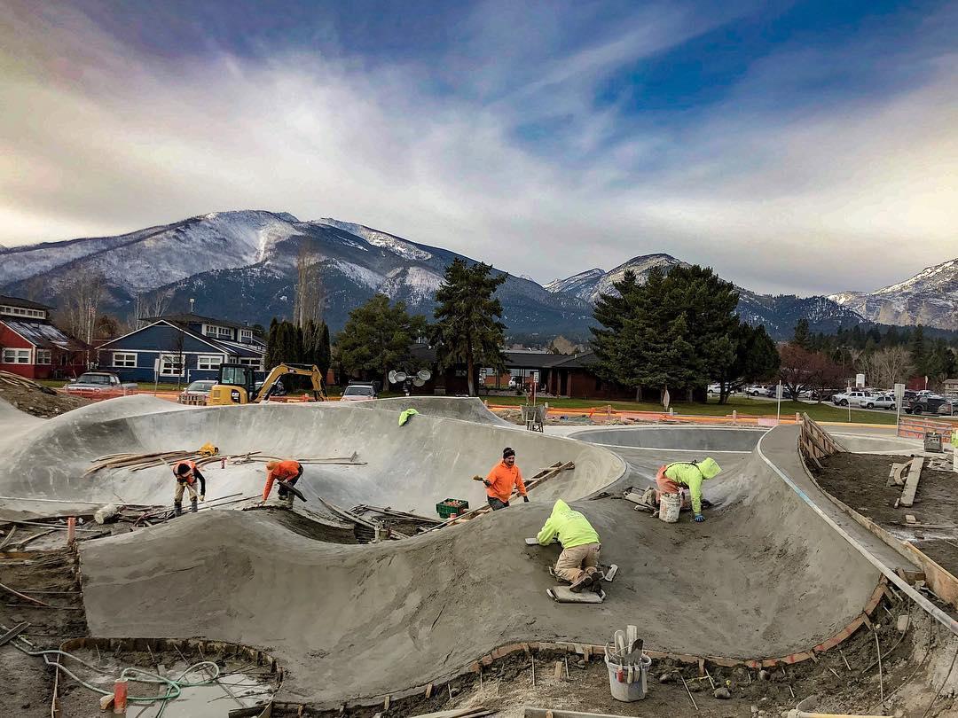 Creators of fun ⚡️#craftsmen doing their thing 💪🏽 Hamilton, Montana. Big custom pour