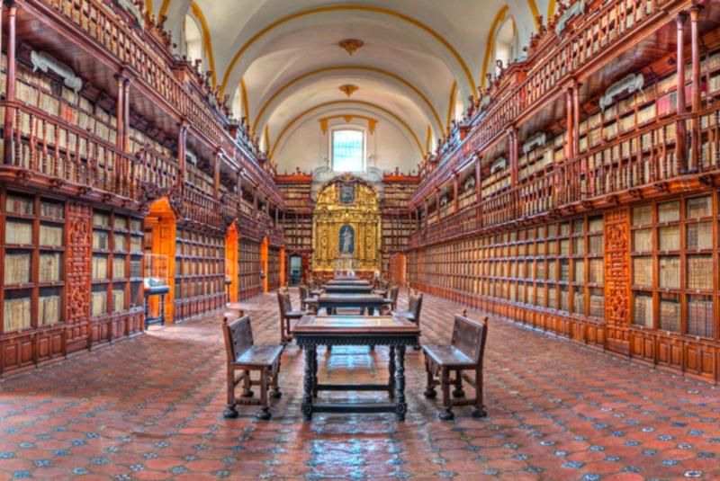 Biblioteca Palafoxiana in Puebla, Mexico, founded in 1646 (José P. Torrealba via Wikimedia Commons)
