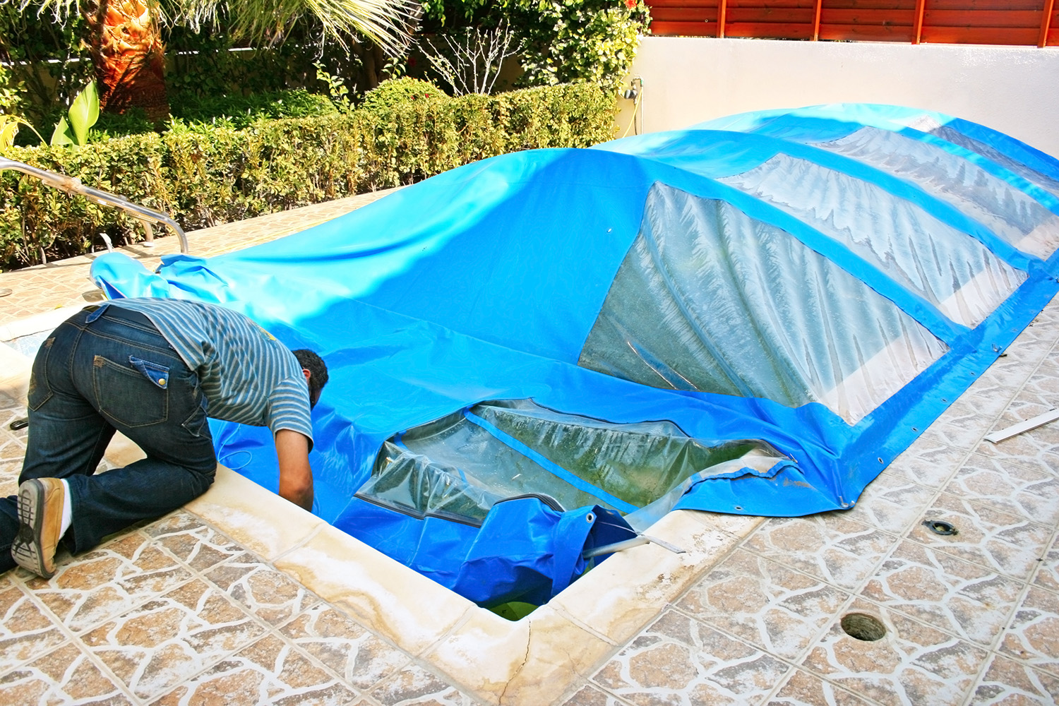 Tips for maintaining a swimming pool cover in winter | Aveco Pools