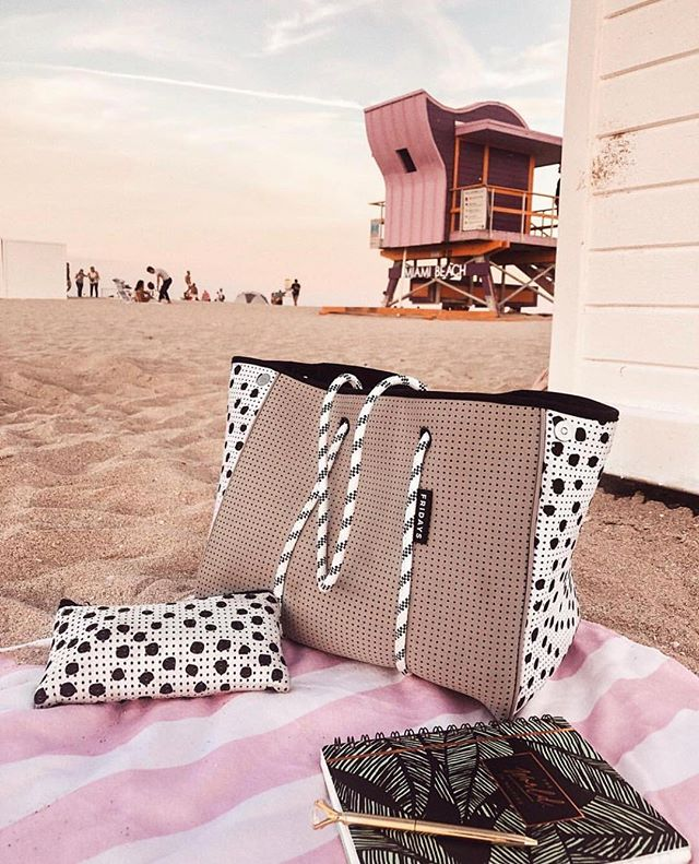 Beach ready 🙋‍♀️ Our Sundowners tote dressed for the occasion! Repost from @kattya_heredia . #fridaysthelabel #neoprenetote #sundowners