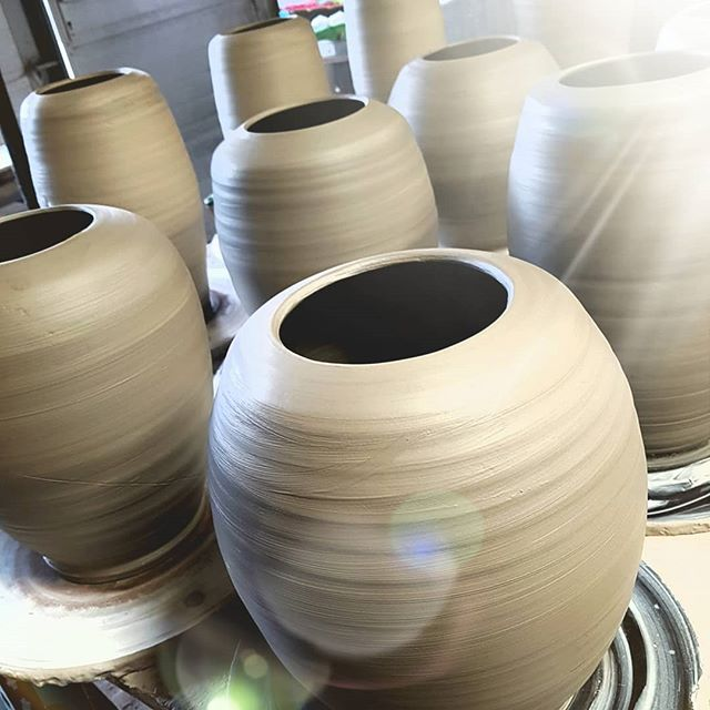 Making ceramic urns today... @unica.terra_manu.vanherp  #urn #uitvaart #handcrafted #uniek #keramiek #ceramics #pottery