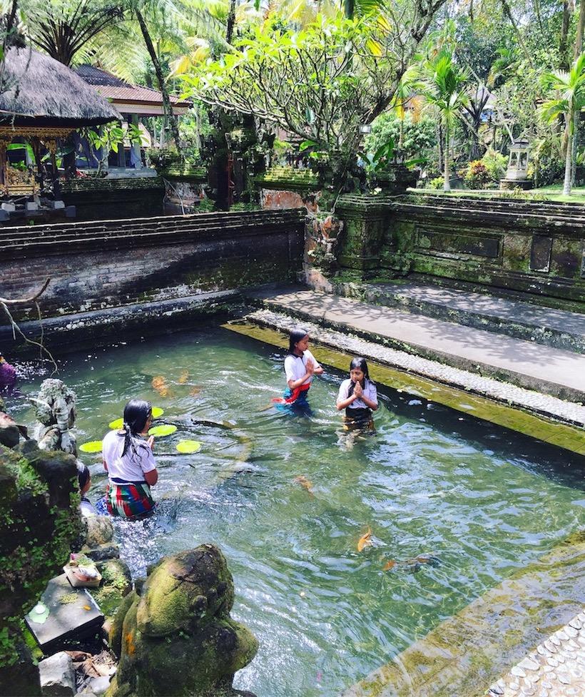 Meninas no templo Tirta Empul, Bali. Foto: Patti Neves
